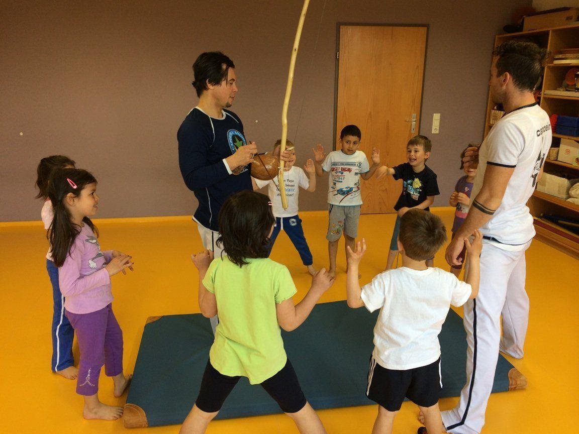 ASKÖ-Bewegungsstunden mit den Capoeira-Übungsleitern