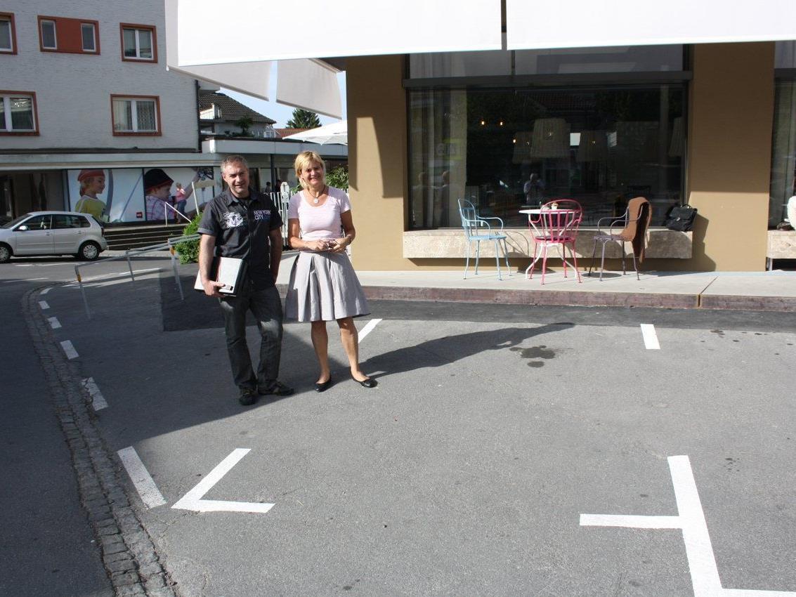 Monika Haag (Bäckerei Mangold) und Gerold Apollonio (Bauamt der Gemeinde) besprechen weitere Maßnahmen.