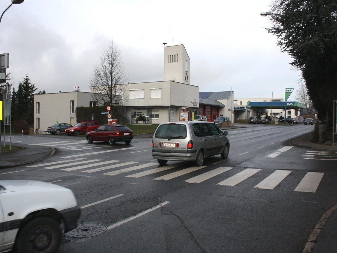 Die stark frequentierte Kreuzung L 1 Hofriedenstraße, L 11 Hofer Straße und Toni-Russ-Straße soll durch den Neubau eines Kreisverkehres sicherer gemacht werden.