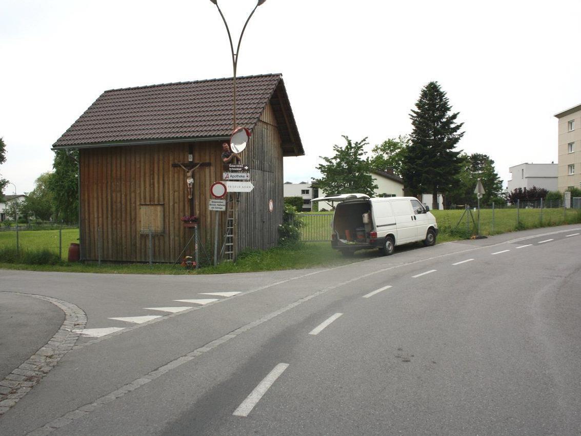 Mitarbeiter des Lochauer Wirtschaftshofes bei der Montage des eingeforderten Verkehrsspiegels.