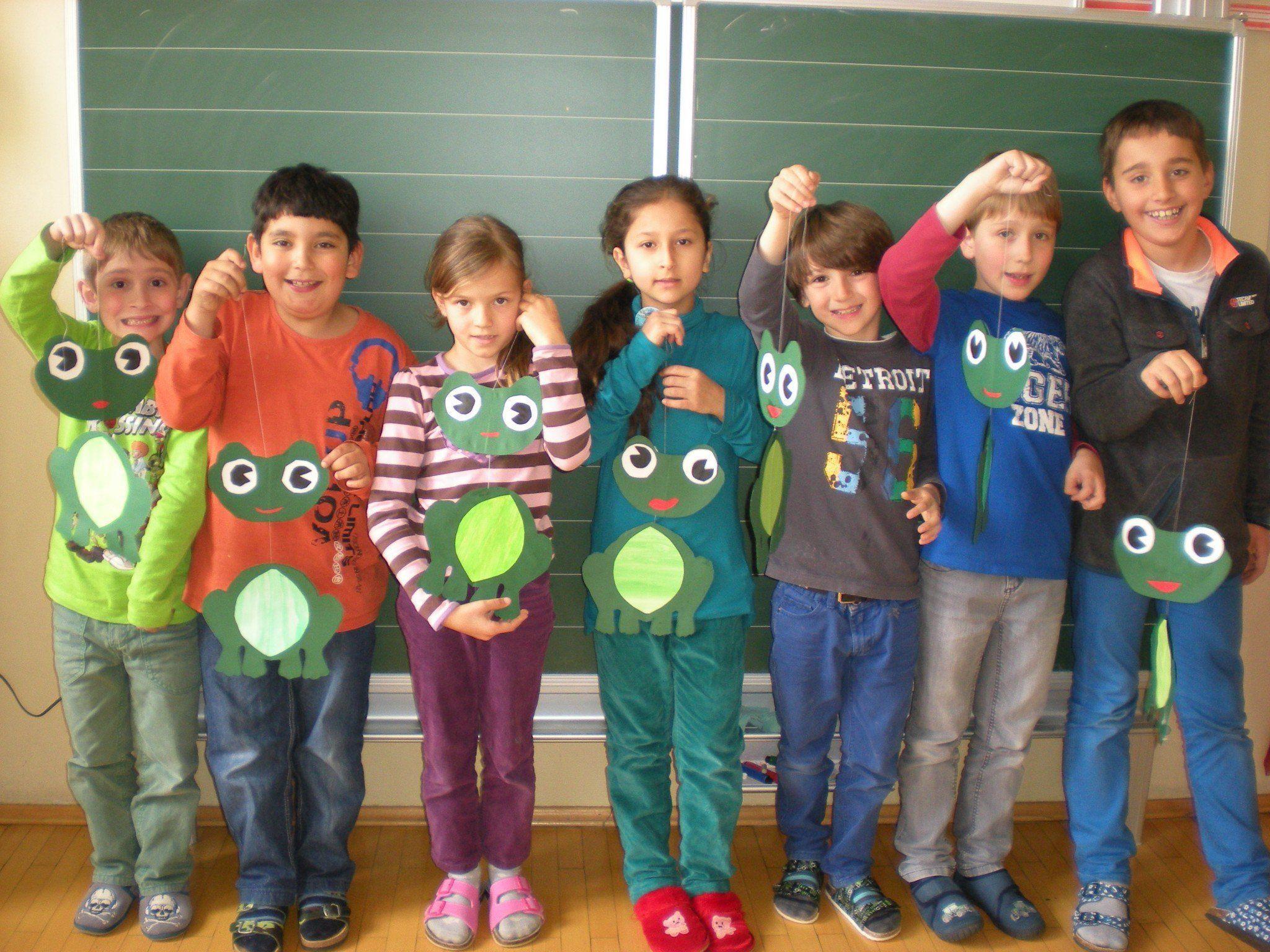 """Die Kinder der 2 a präsentieren stolz ihren """"Frosch-Schwarm"""" für das Klassenzimmer."""