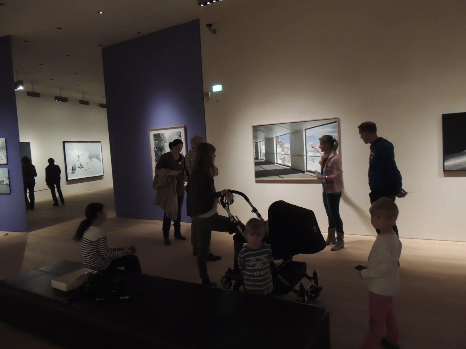Familie auf Tour durchs Museum