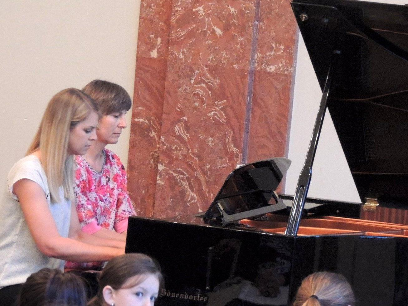 Katharina und Christine spielten Walzer