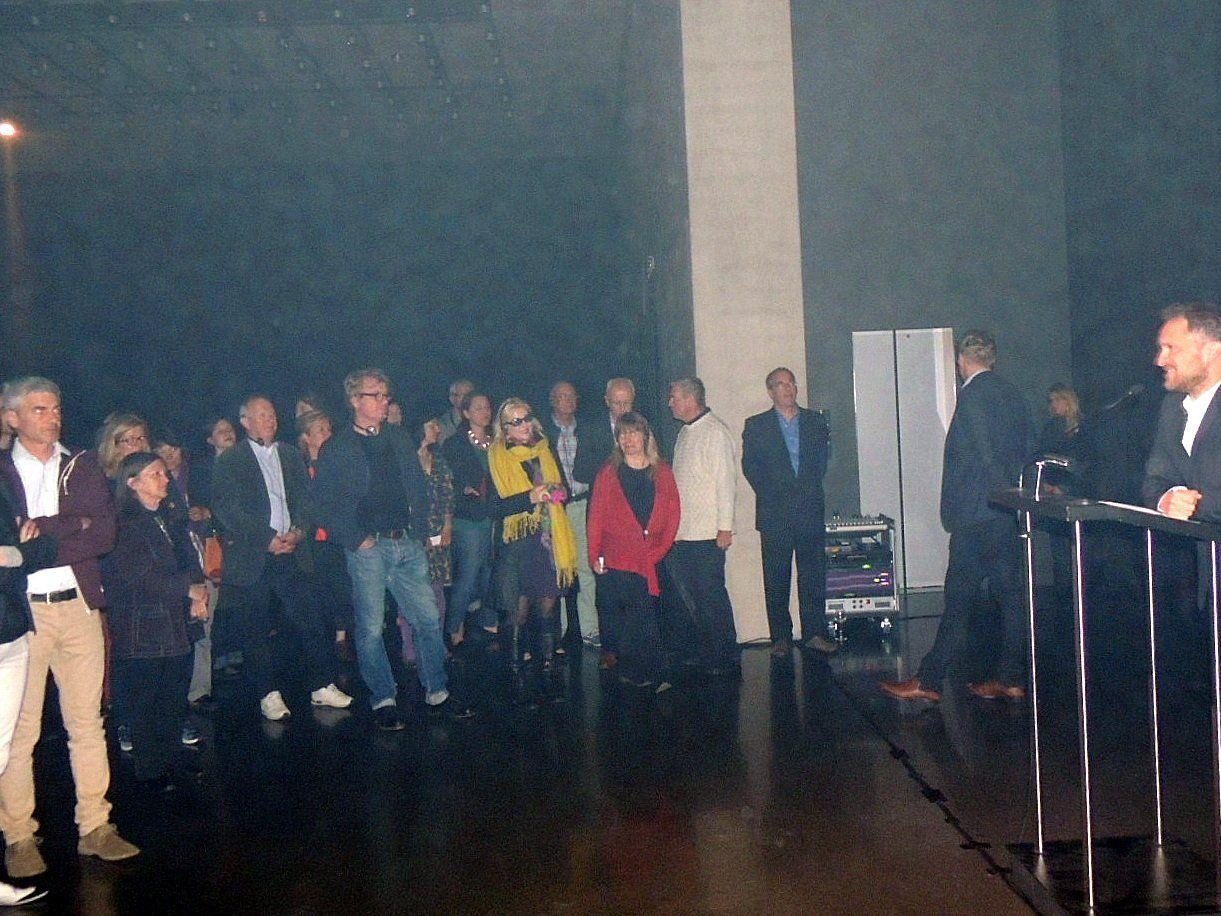 Direktor Yilmaz Dziewior begrüßte die Vernissagegäste in der besonderen Atmosphäre der KUB-Arena