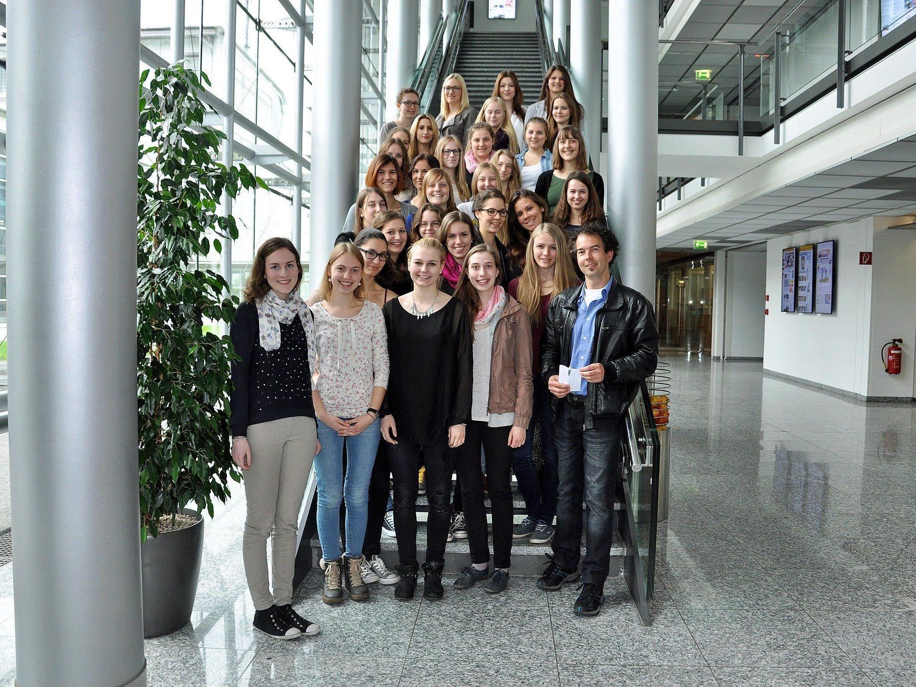 Die Schülerinnen der  3b der HLW Rankweil bekamen einen Einblick in die heimische Medienlandschaft.