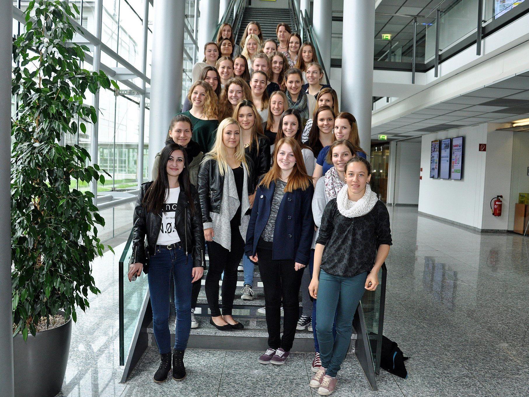 Die Schülerinnen der  3c der HLW Rankweil bekamen einen Einblick in die heimische Medienlandschaft.
