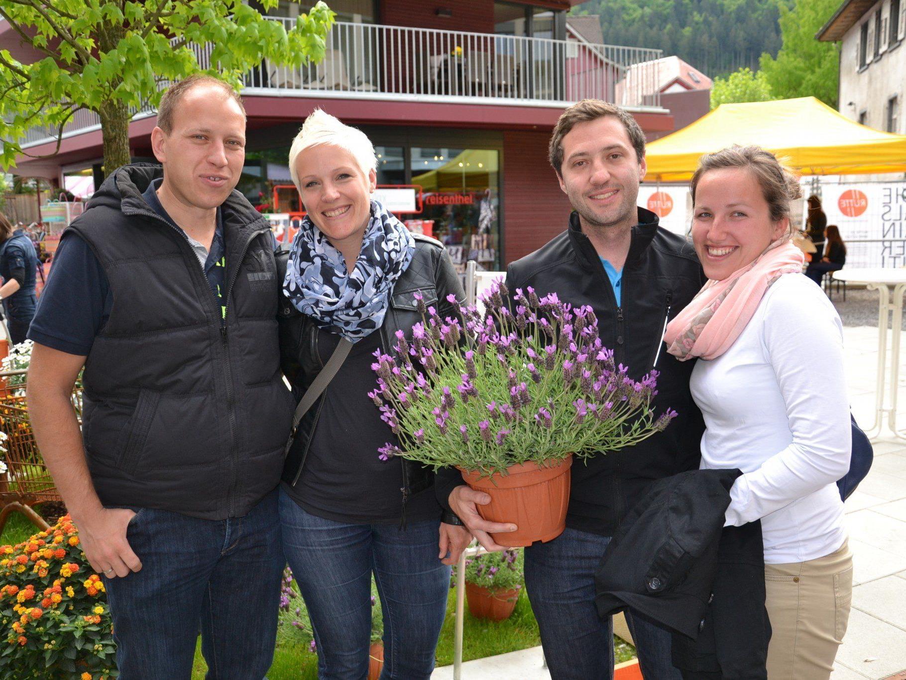 (v.l.) Alexander und Lisi Bell und Richard und Bettina Waibel genossen die tolle Stimmung auf dem Muttertagsmarkt in Götzis