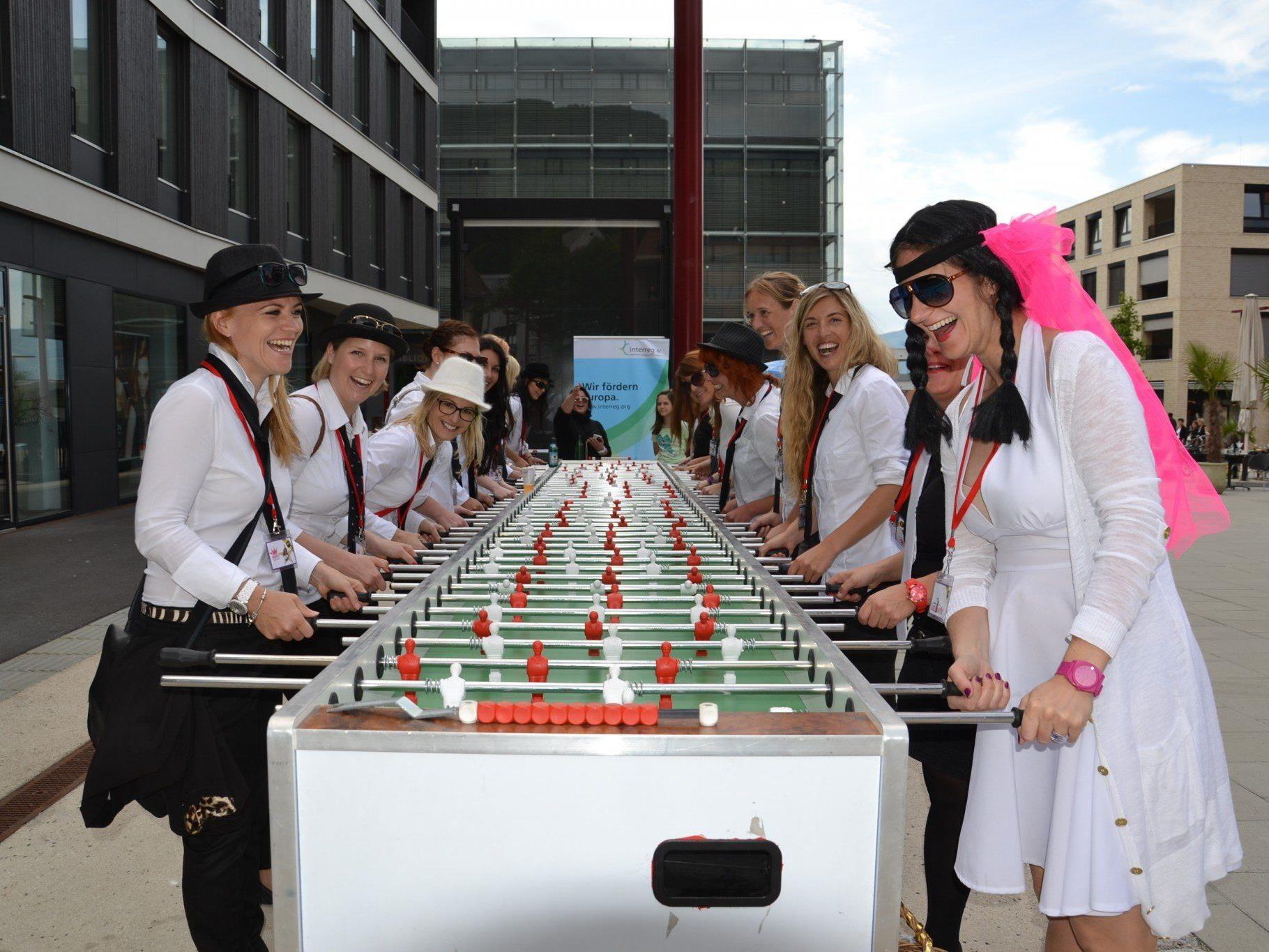 Die Mädels von Claudias Polterabend hatten den Riesenfussballtisch Am Garnmarkt in Beschlag genommen.....