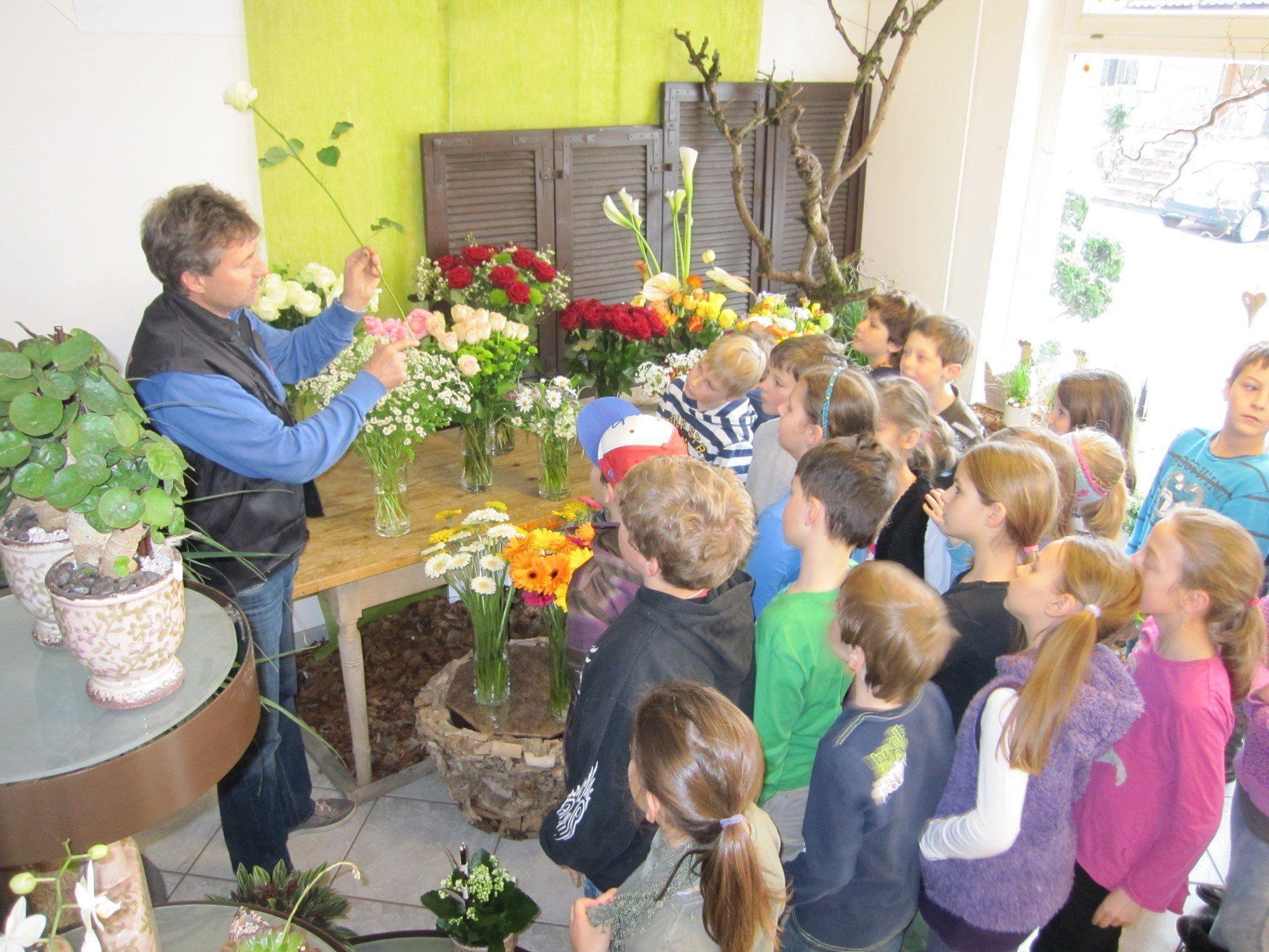 Lehrreich war der Besuch in der Gärtnerei für die Schülerinnen und Schüler der Volksschule Vandans.