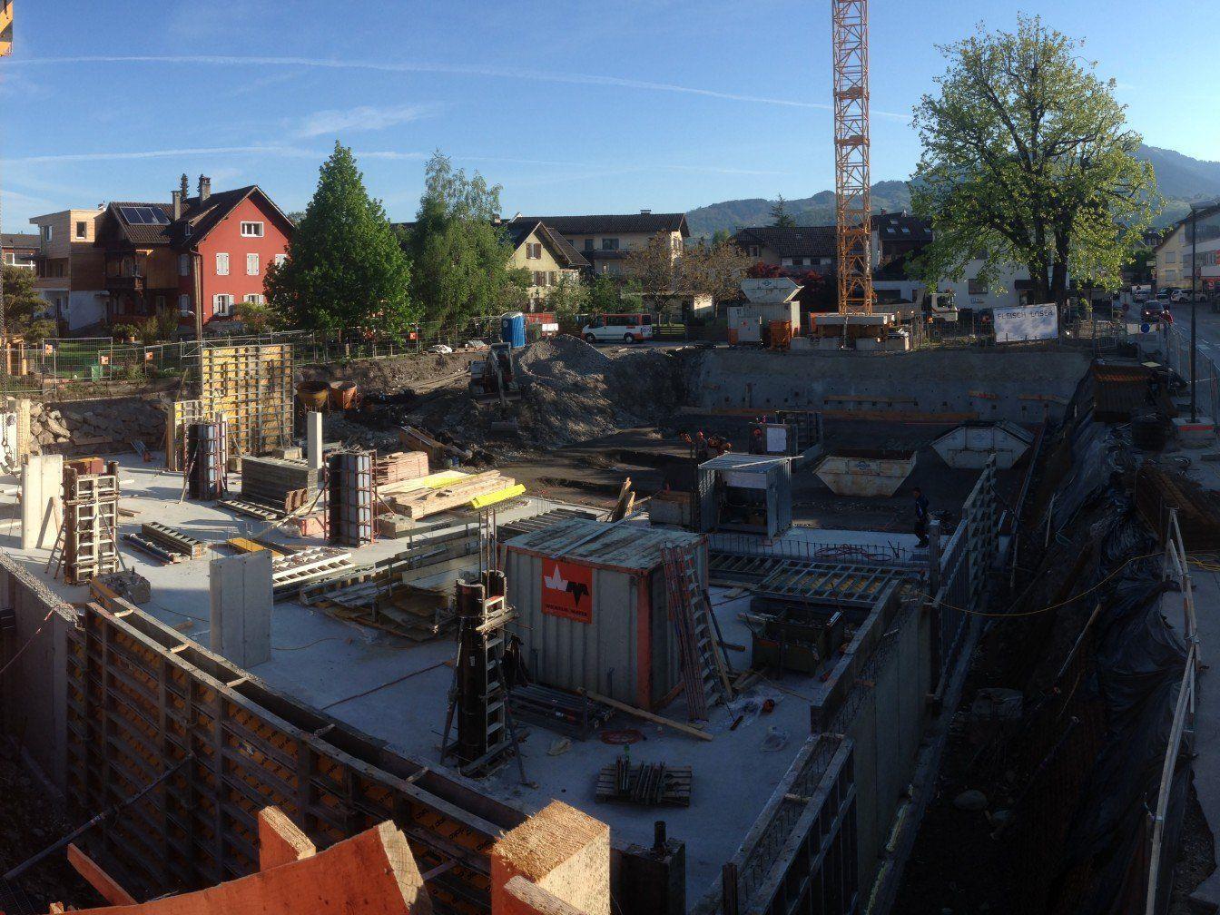 Die Bauarbeiten beim neuen Geschäfts- und Wohnhaus haben bereits begonnen.