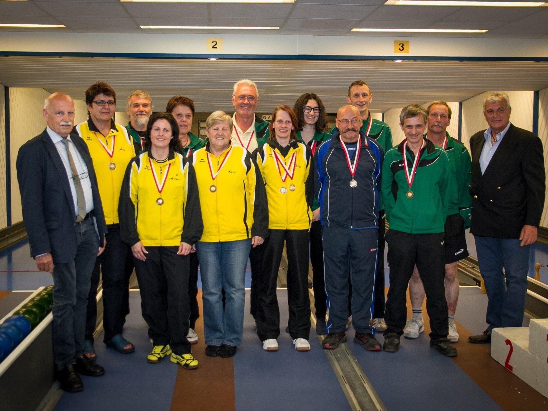 Die Platzierten mit Obmann Stocker K.H. des ESV Bregenz/Wolfurt und Franz Kübler Vertreter des ASKÖ Vorarlberg.