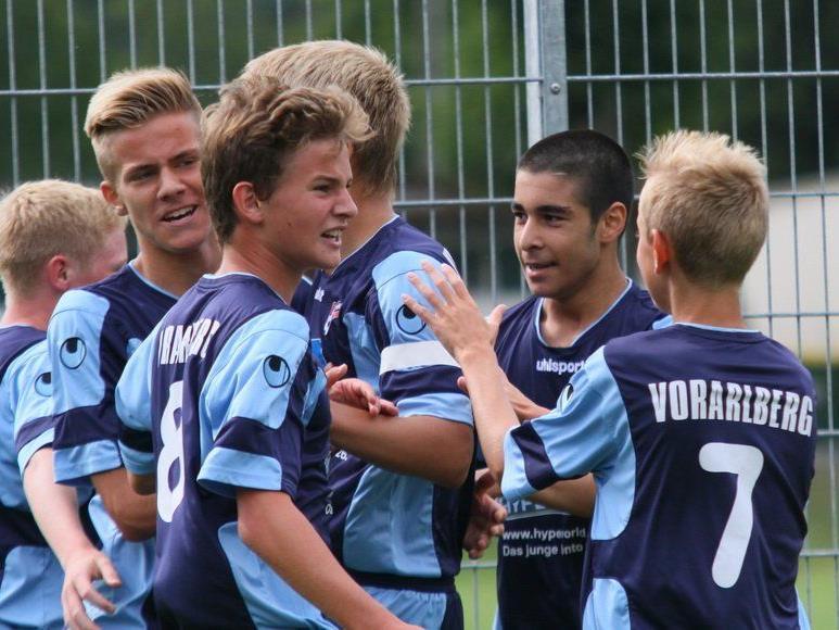 Großer Jubel bei der AKA Vorarlberg U-15-Mannschaft: Meistermacher Dietmar Berchtold und seine Jungs dürfen feiern.