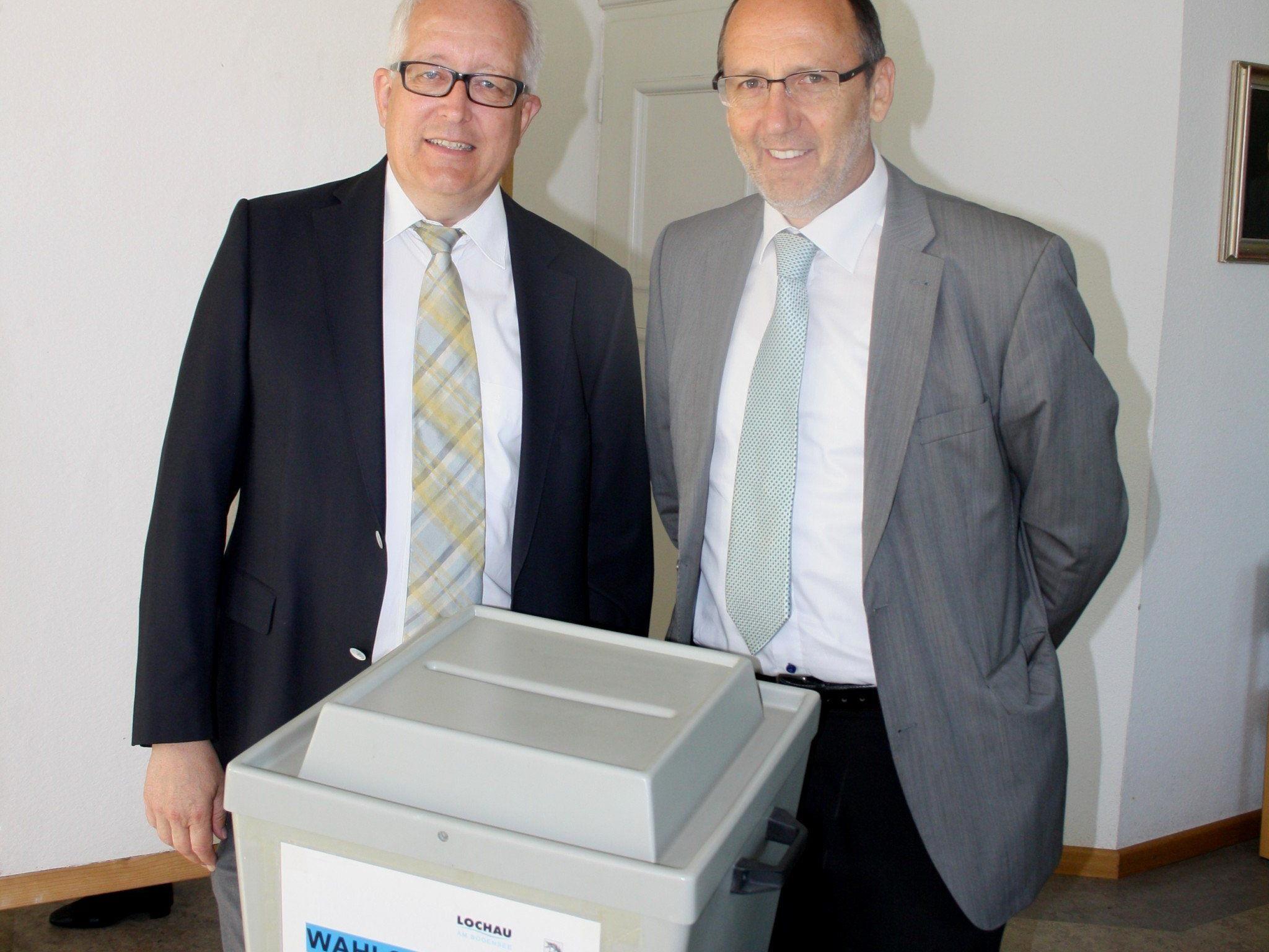 Bürgermeister Xaver Sinz und sein Nachfolger Michael Simma im Wahlsprengel I im Gemeindeamt Lochau
