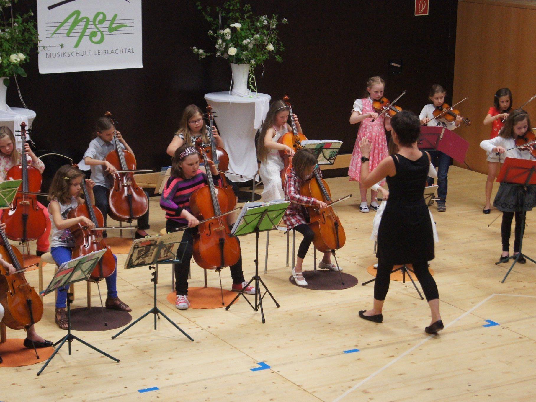 Mit Musik und Tanz gratulieren die jungen Künstler der Musikschule Leiblachtal zum Muttertag.