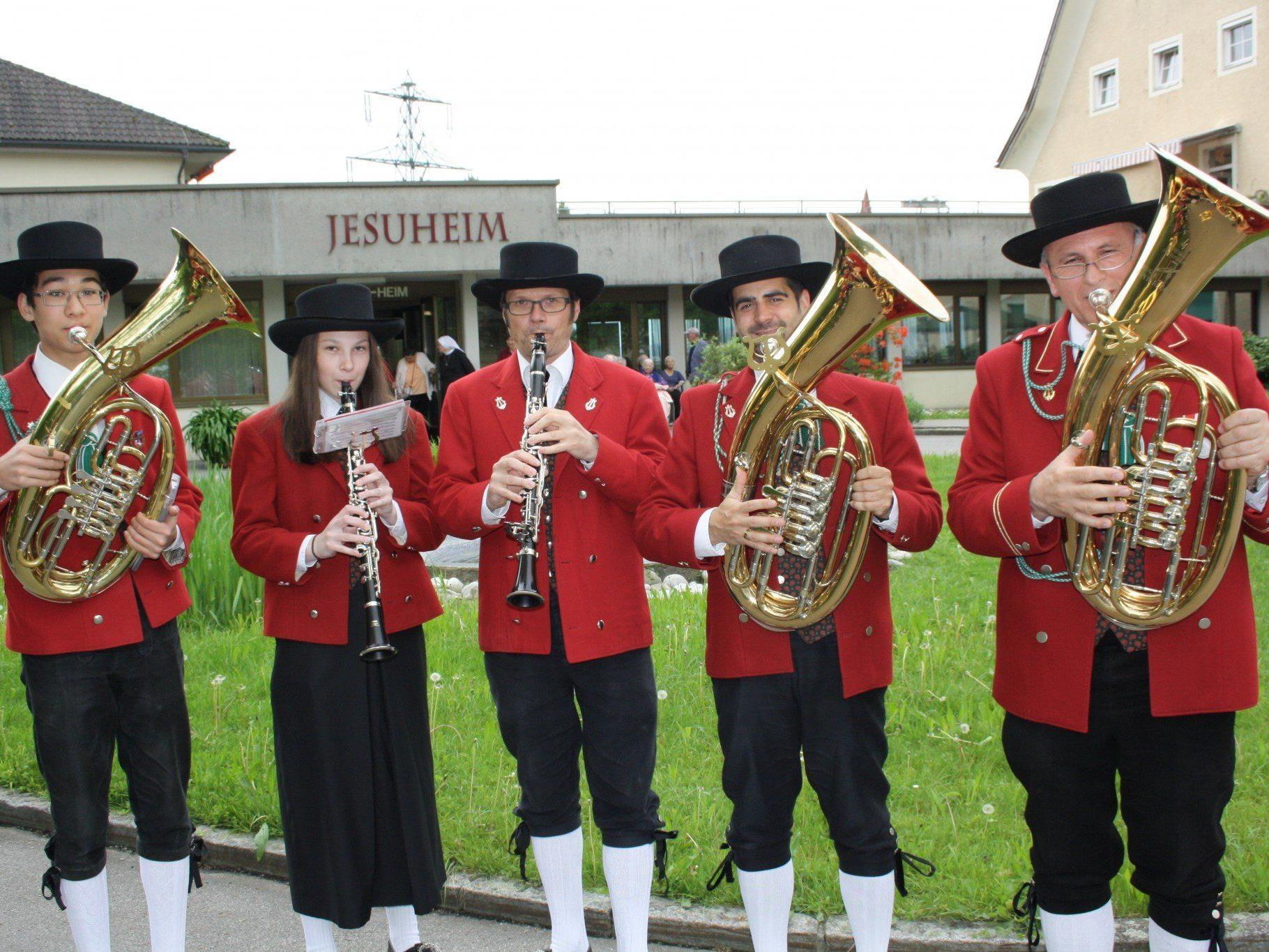 Natürlich erfreute der Musikverein auch die Bewohner des Pflegeheimes Jesuheim in Oberlochau mit einem flotten Ständchen.