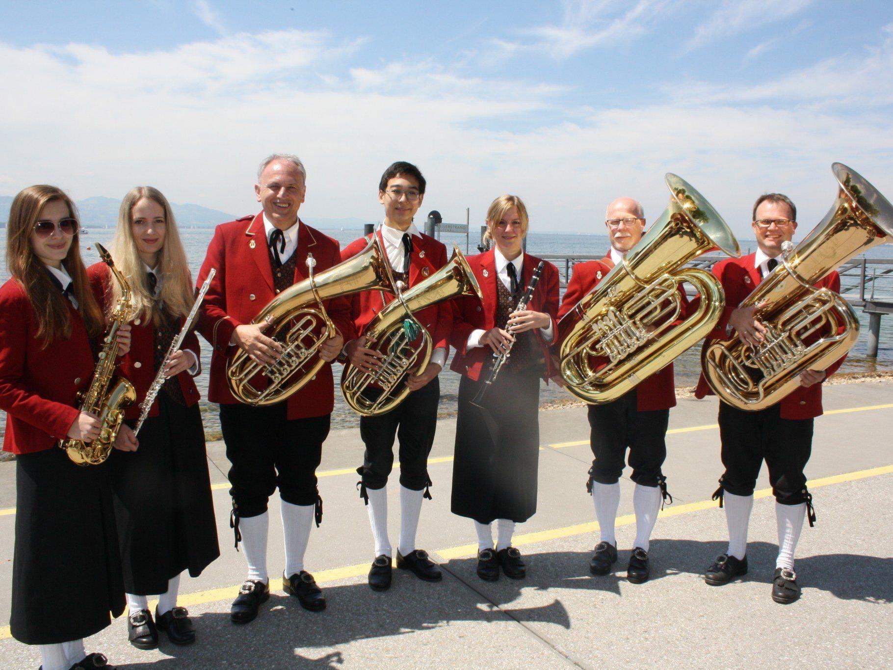 BU: Der Musikverein Lochau begeisterte mit einem zünftigen Blasmusikfrühschoppen die Gäste im Gastgarten des Seehotel Am Kaiserstrand.