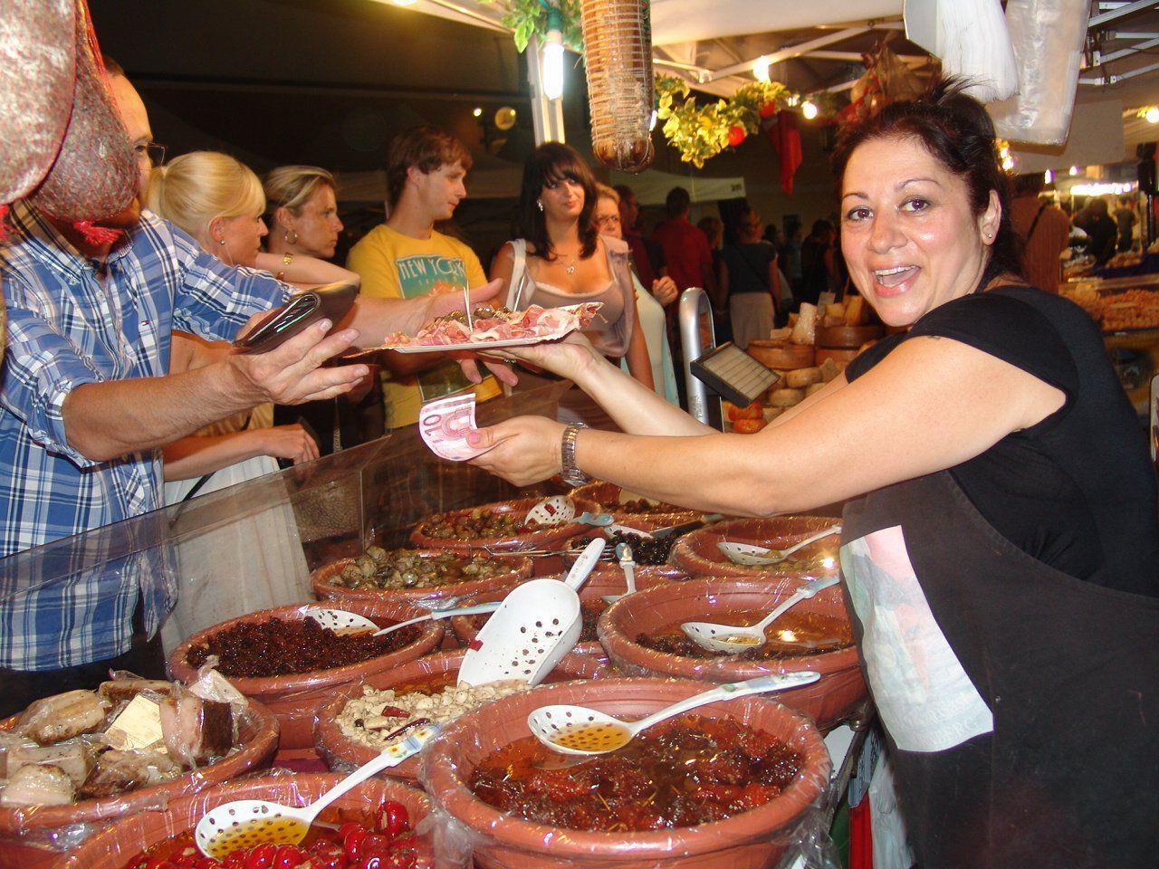 Marktfahrer aus den verschiedensten Regionen Italiens bieten ihre Köstlichkeiten an.