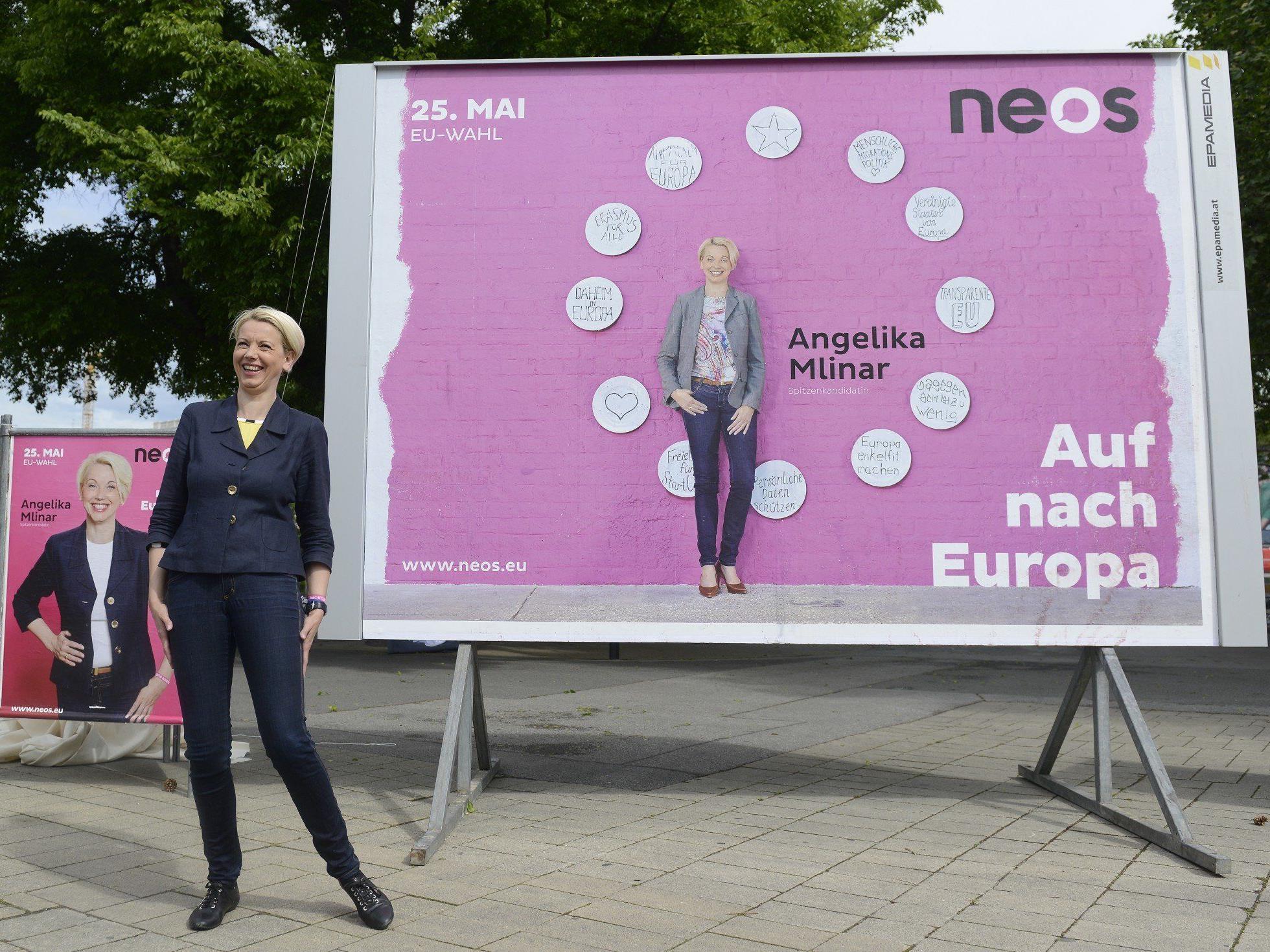 NEOS-Spitzenkandidatin Angelika Mlinar vor einem ihrer Wahlplakate.