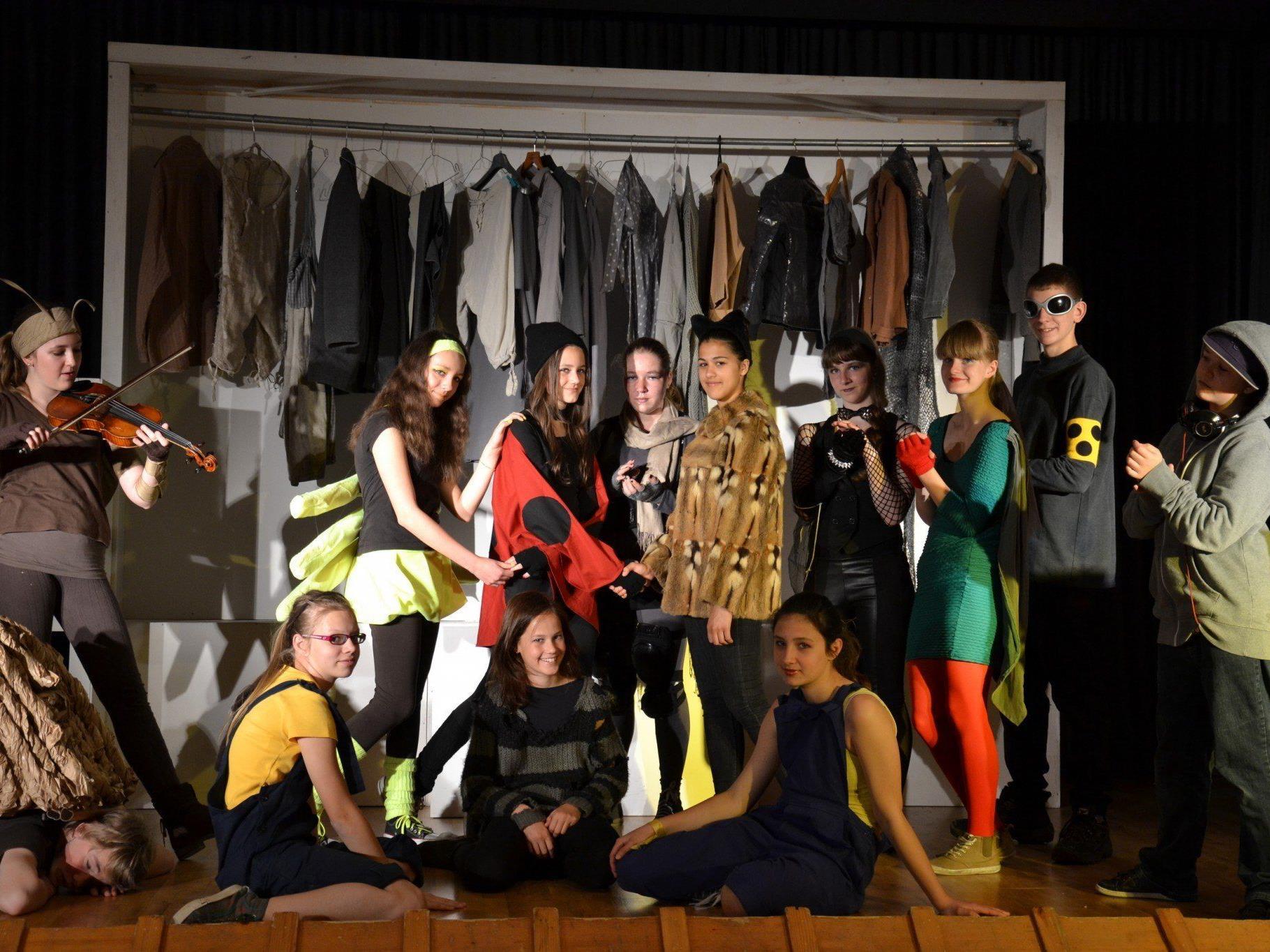 Riesigen Applaus gab es für die Mitglieder der Theaterwerkstatt der Mittelschule Alberschwende.