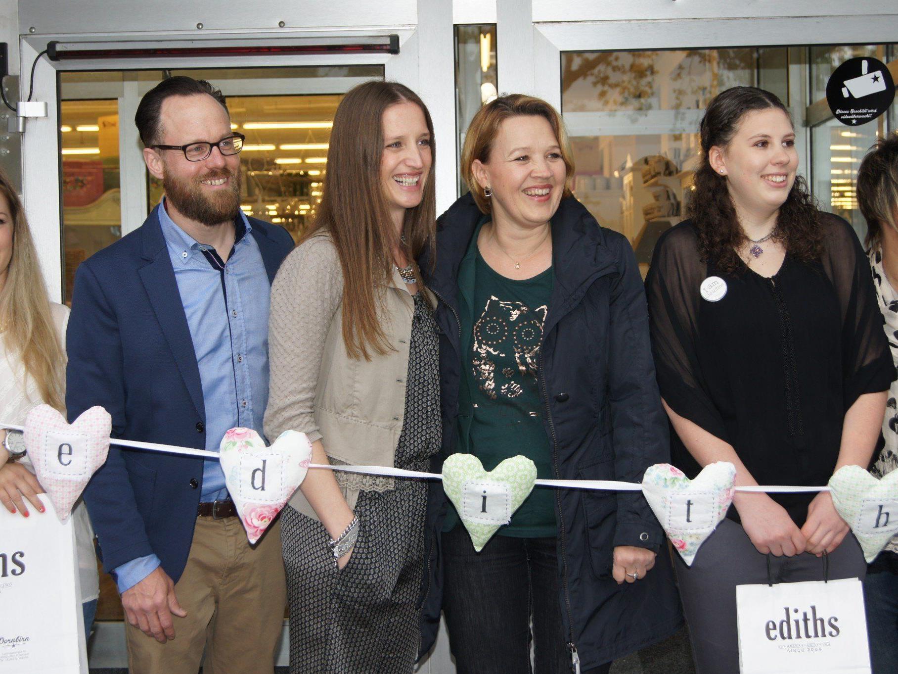 Bgm. Andrea Kaufmann mit Edith und Remo Klinger sowie den Verkäuferinnen.