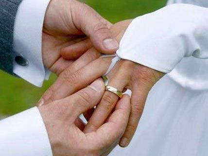 Sowohl die Zahl der Hochzeiten als auch der Scheidungen ist rückläufig.