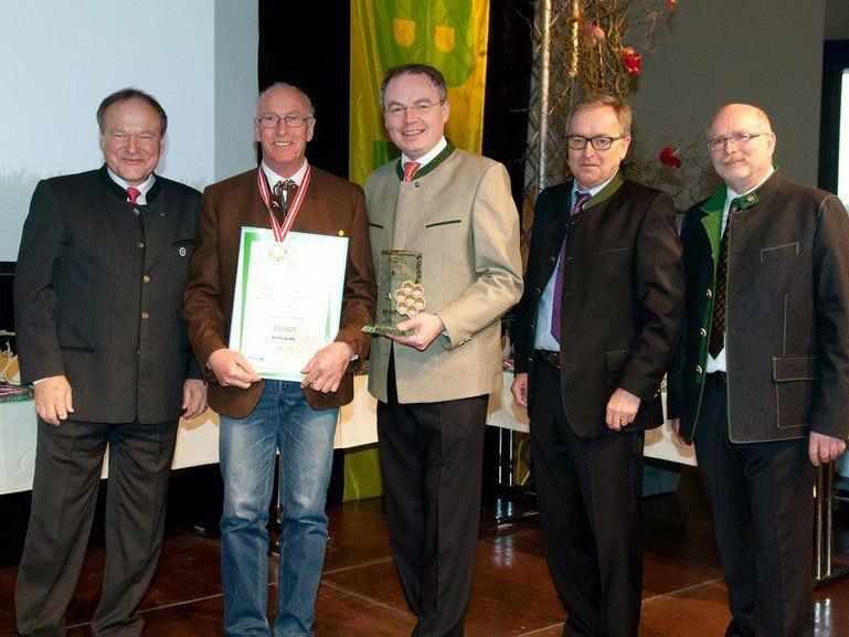 Gottlieb Wachter, 2. von links, bei der Verleihung der goldenen Honigwabe.