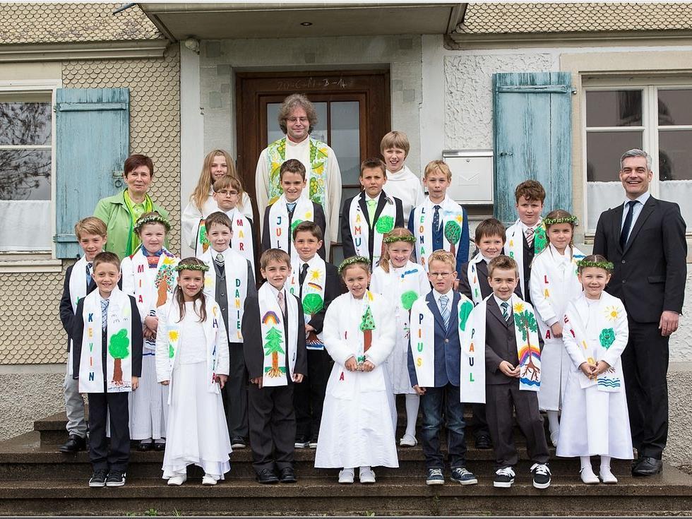 das obligate Gruppenfoto - Erstkommunikanten mit Pfarrer und Lehrpersonen