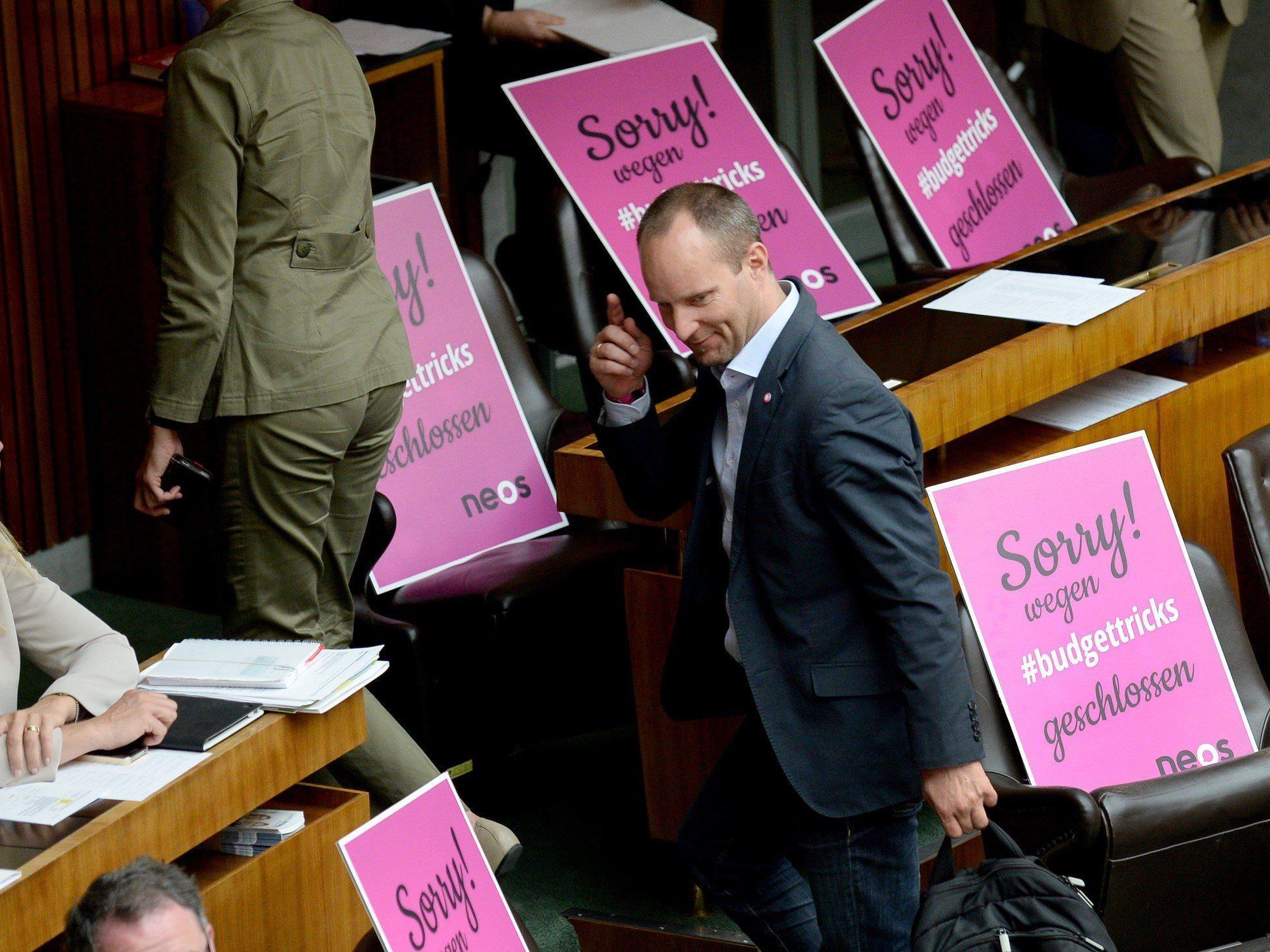Kleiner rosa Auszug aus dem Parlament sorgt für Diskussionen.