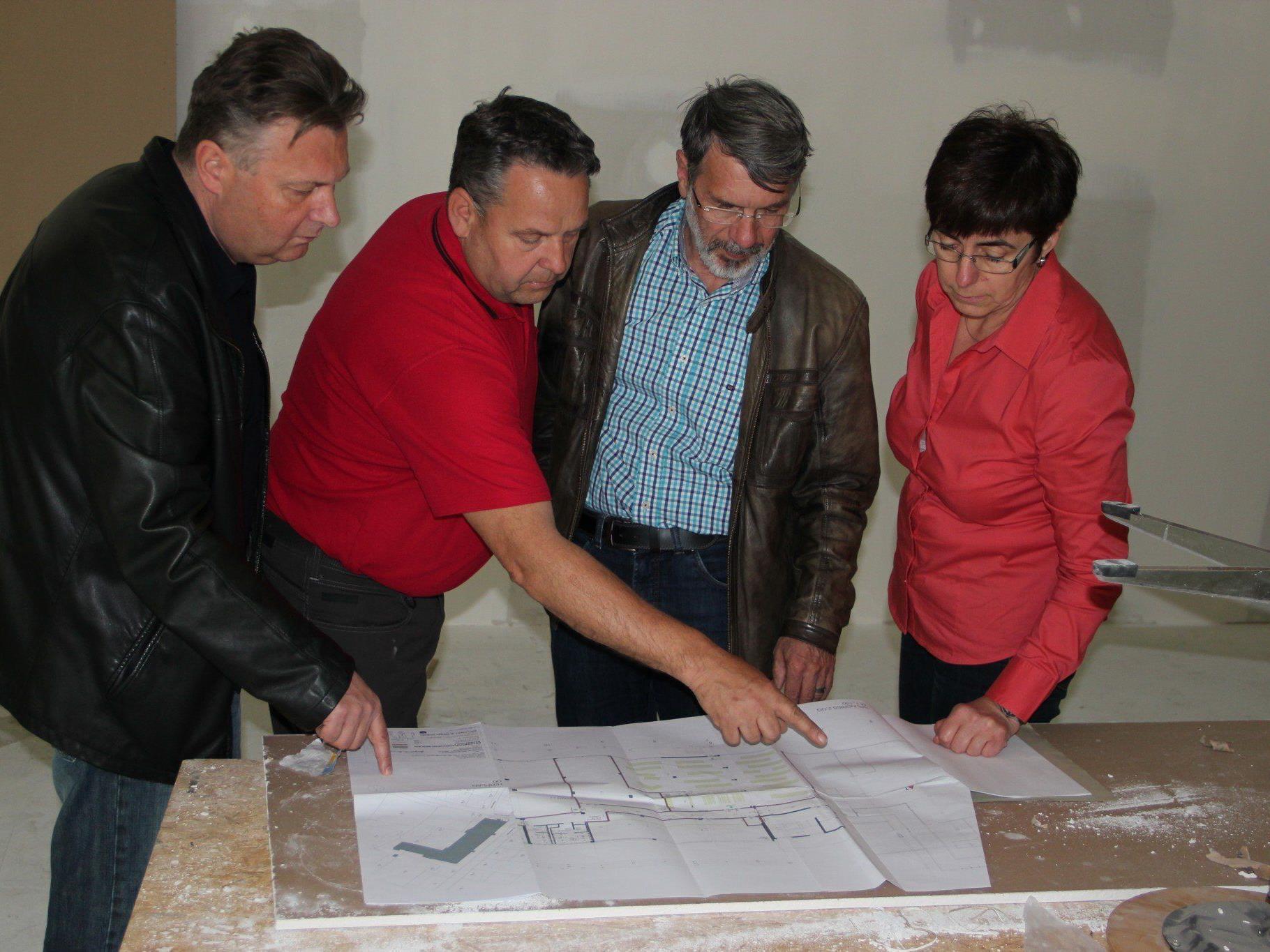 Erste Begehung der neuen Indoor-Bahnengolf-Anlage im Gewerbepark Bäumler.