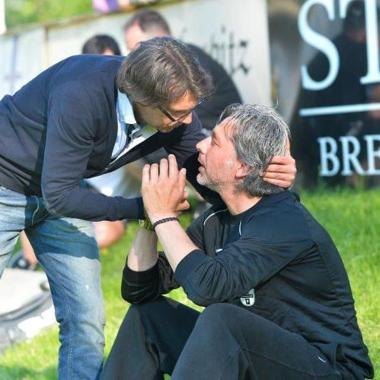 SW Bregenz Trainer Hans Kogler wird von Höchst-Coach Dieter Alge getröstet.