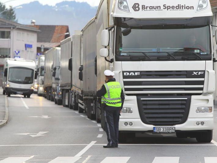 Lkw stauen sich vor allem auch an der Grenze zur Schweiz.