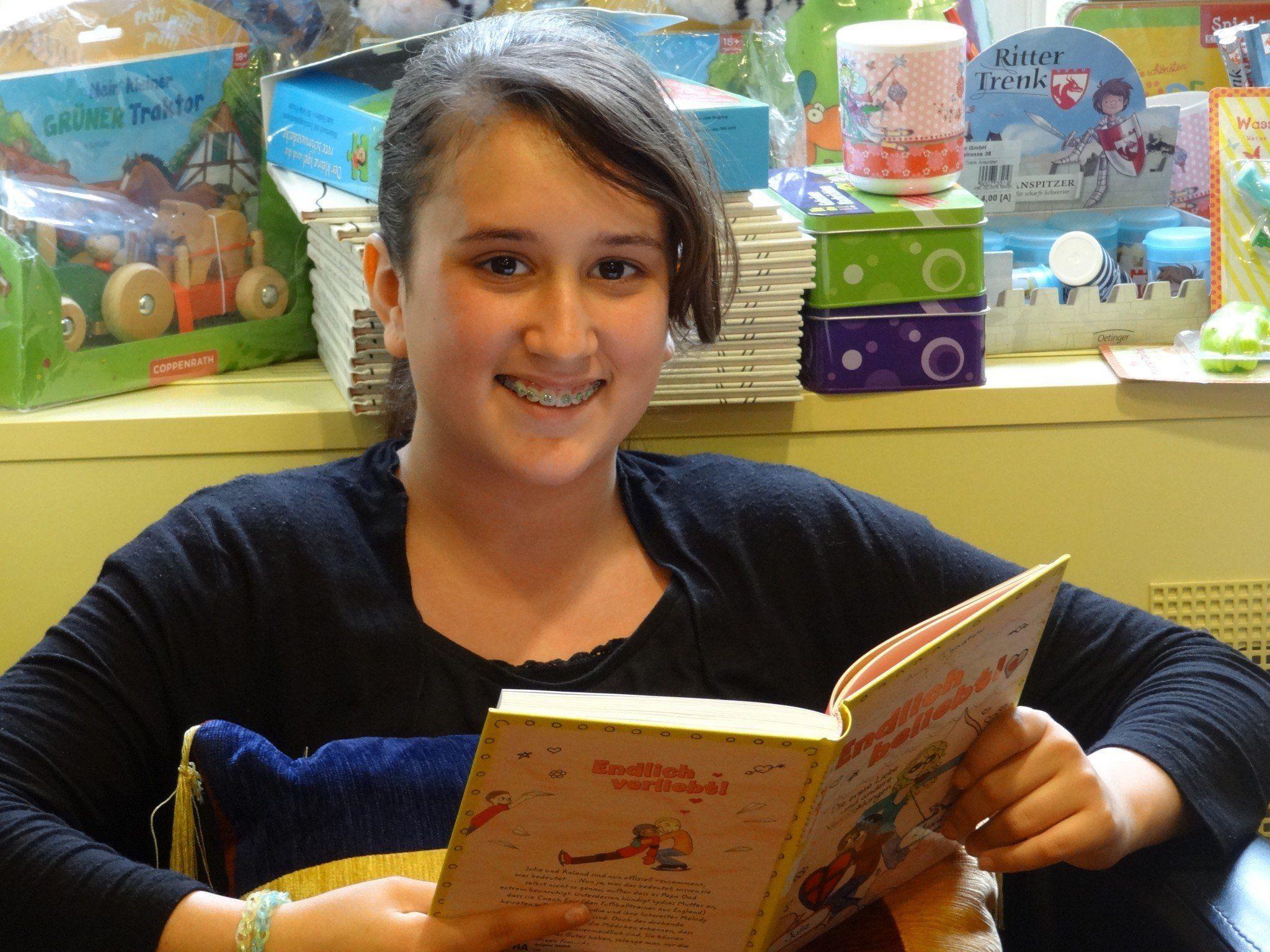 Malena ist eine begeisterte Leserin.