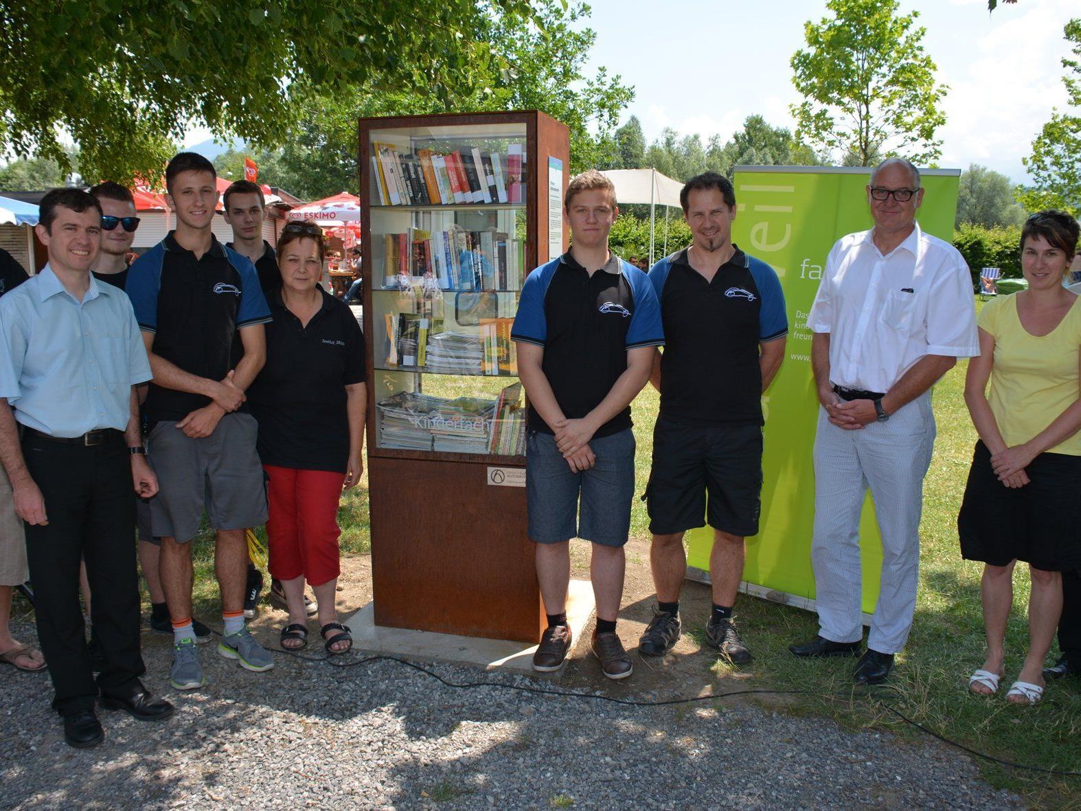 Bürgermeister Summer mit  familieplus-Verantwortlichen, Cilli Linher und dem Team von Hirschmann.