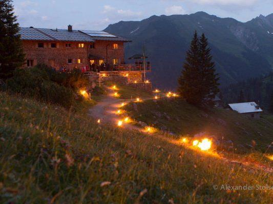 Die Sonnwendfeuer rund um die Heinrich Hueter Hütte begeisterten Einheimische und Gäste.