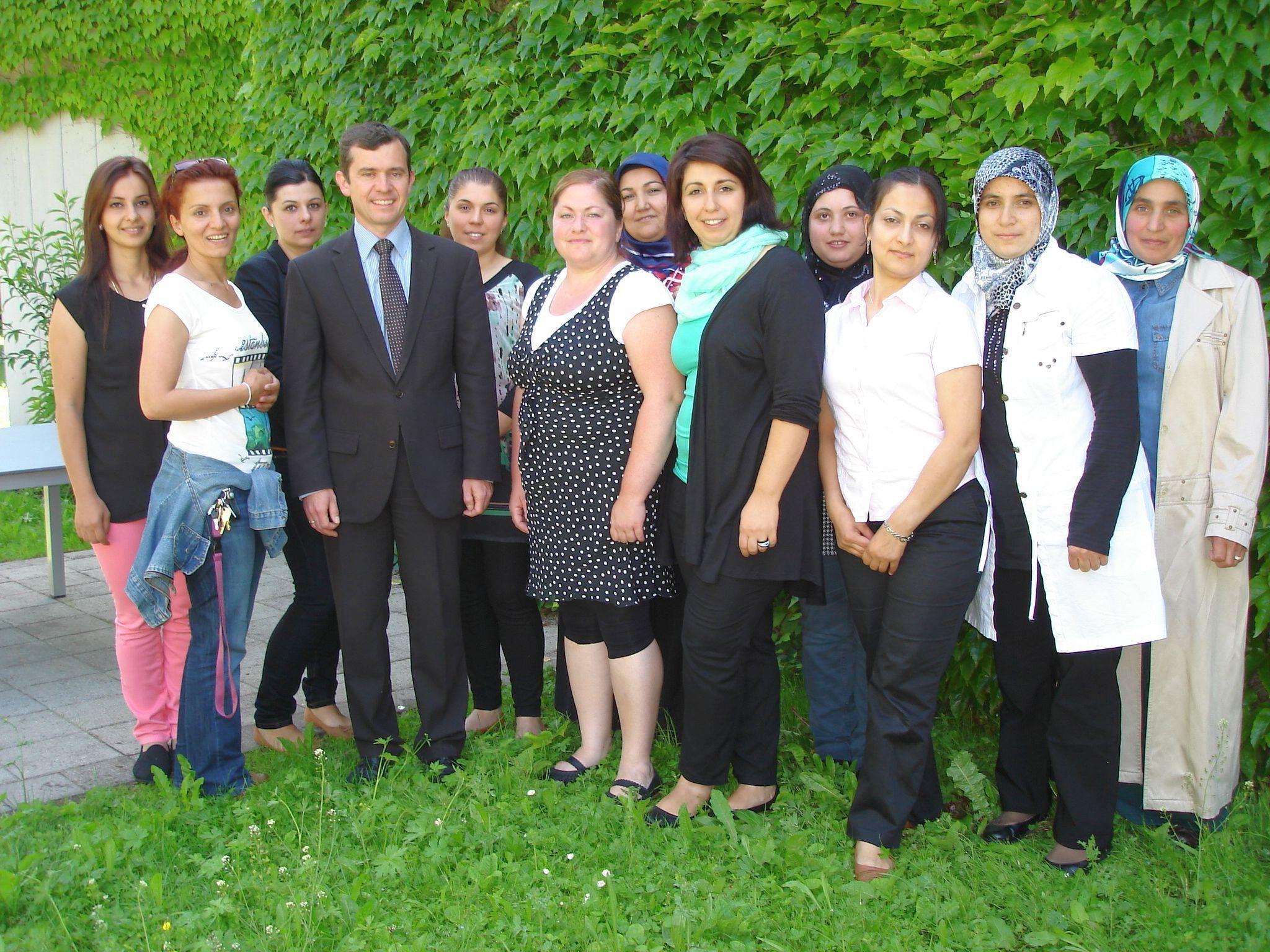 Die Teilnehmerinnen freuten sich über das Elternkreis-Zertifikat, das ihnen Bürgermeister Martin Summer im Beisein der beiden Moderatorinnen (Mitte) Hülya Iseri und Neslihan Uysal überreichte.