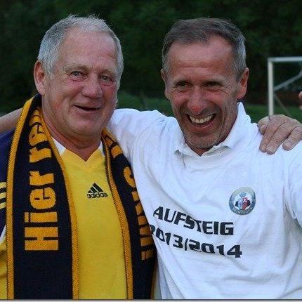 Meiningen Obmann und Ehrenpräsident Herbert Güfel gratuliert Langzeitcoach Enes Cavkic zum Aufstieg.
