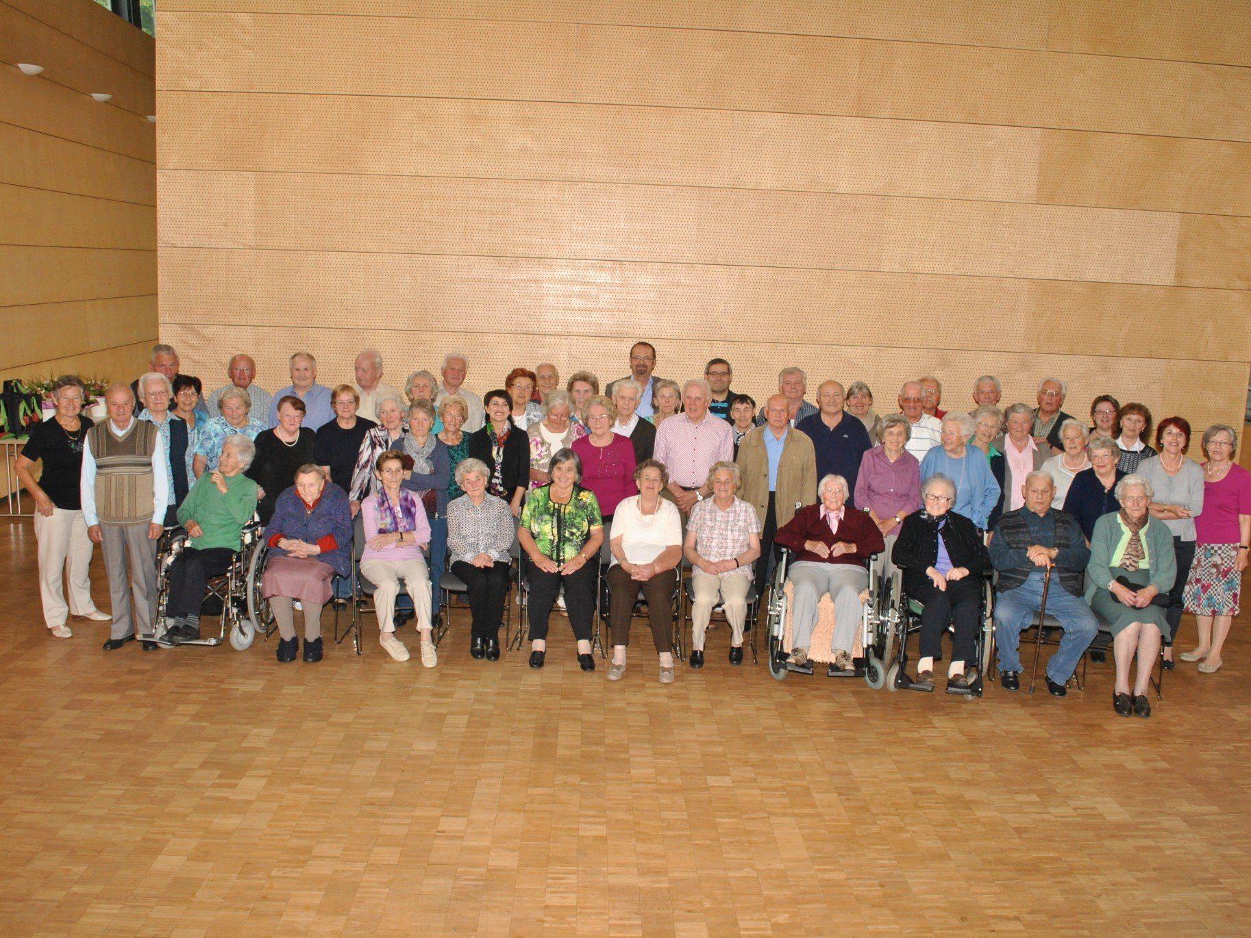 Zum Jubiläum ein Gruppenfoto aller anwesenden betagten Mäderinnen und Mäderer mit Bürgermeister und Pfarrer.