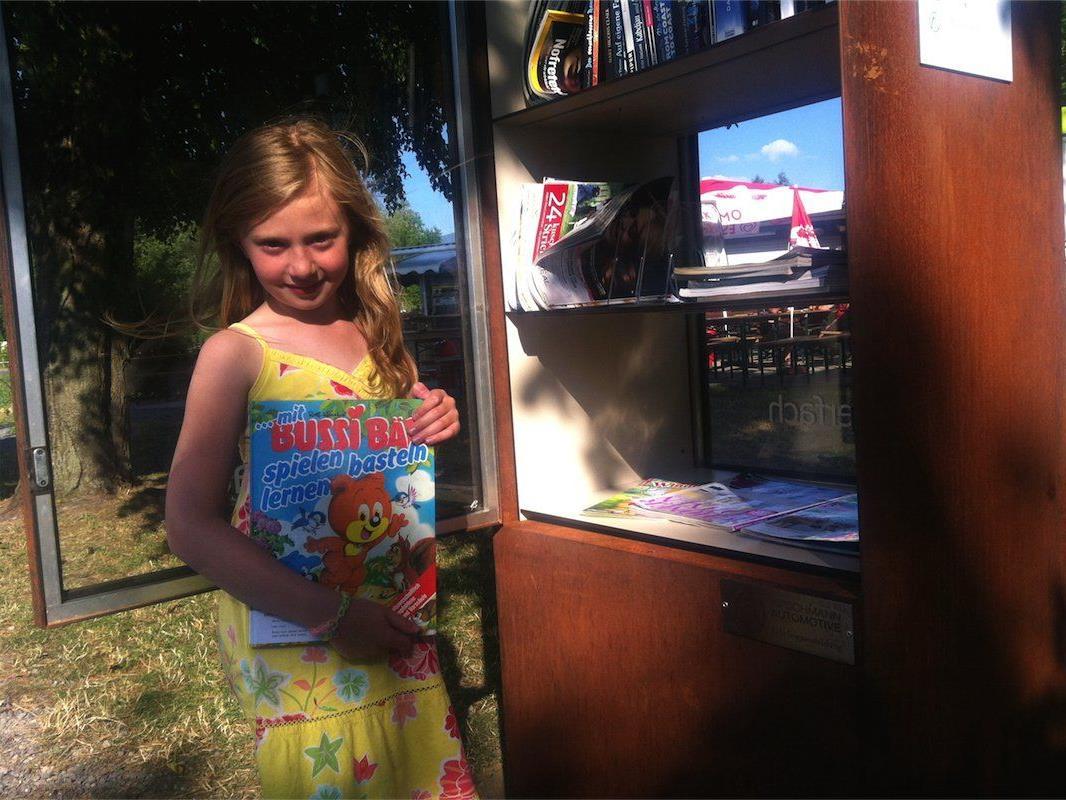 Medea liebt es, aus dem offenen Bücherschrank neue Bücher und Comichefte auszusuchen und ihre alten hineinzugeben