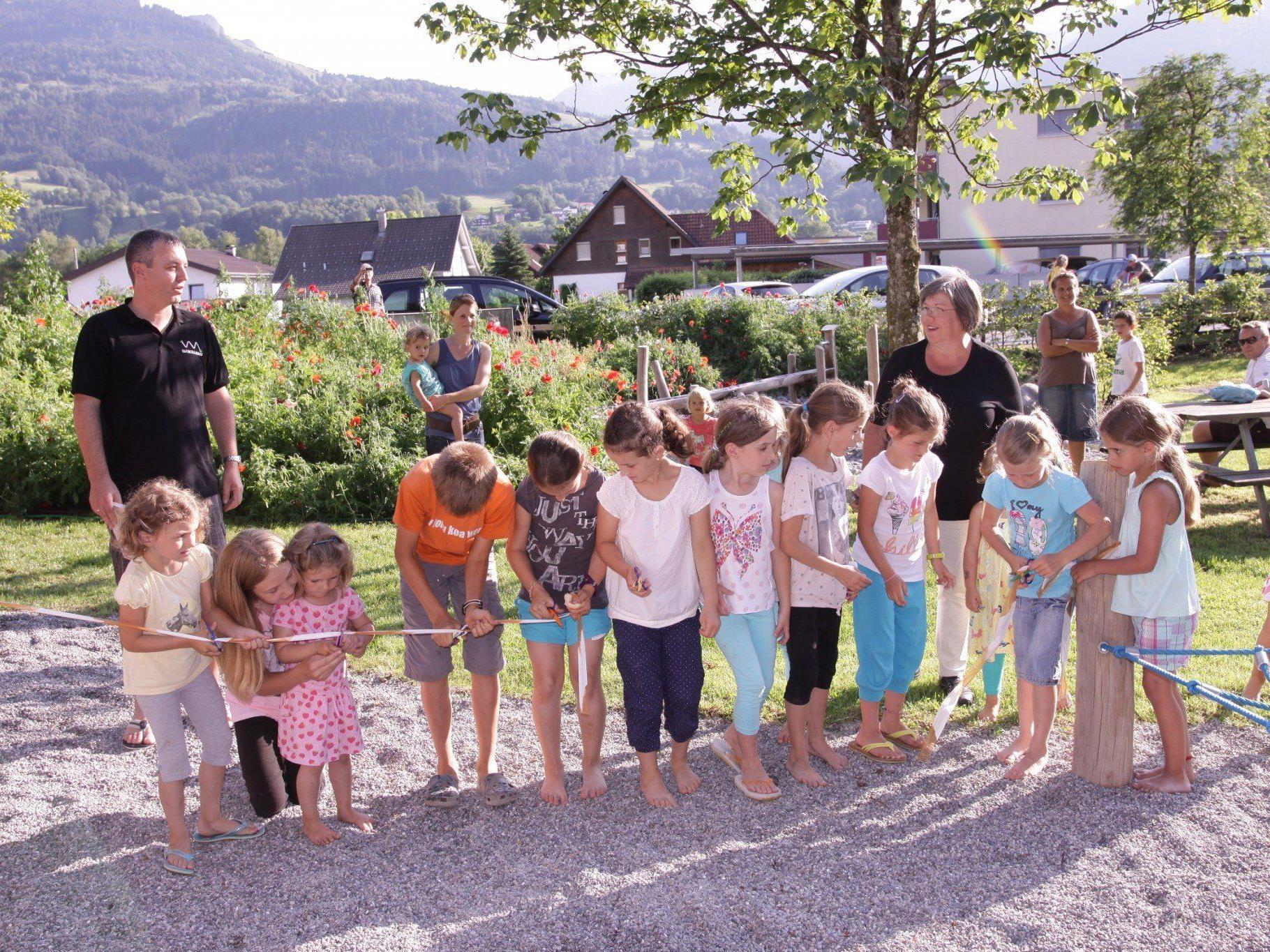 Spielplatzeröffnung Sonnenheim: Kinder durschneiden das Eröffnungsband mit Vizebgm. Ilse Mock.