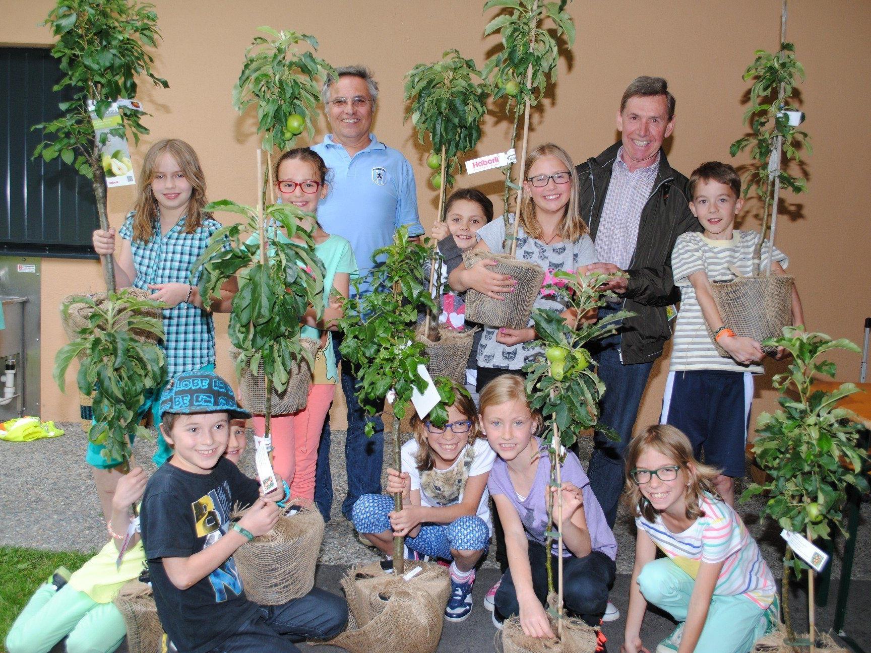 Stolz präsentierten die Kinder ihre Obstbäume