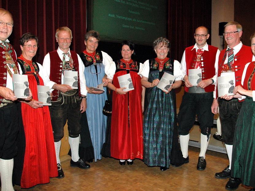 Brüügeaner und Trachtenfachfrauen bei der Buchvorstellung.