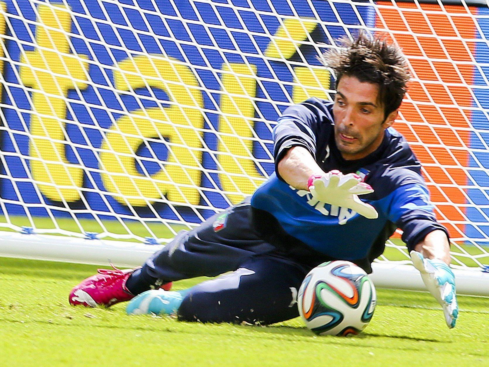 Italien hofft auf einen Einsatz von Star-Torhüter Buffon schon gegen Costa Rica.