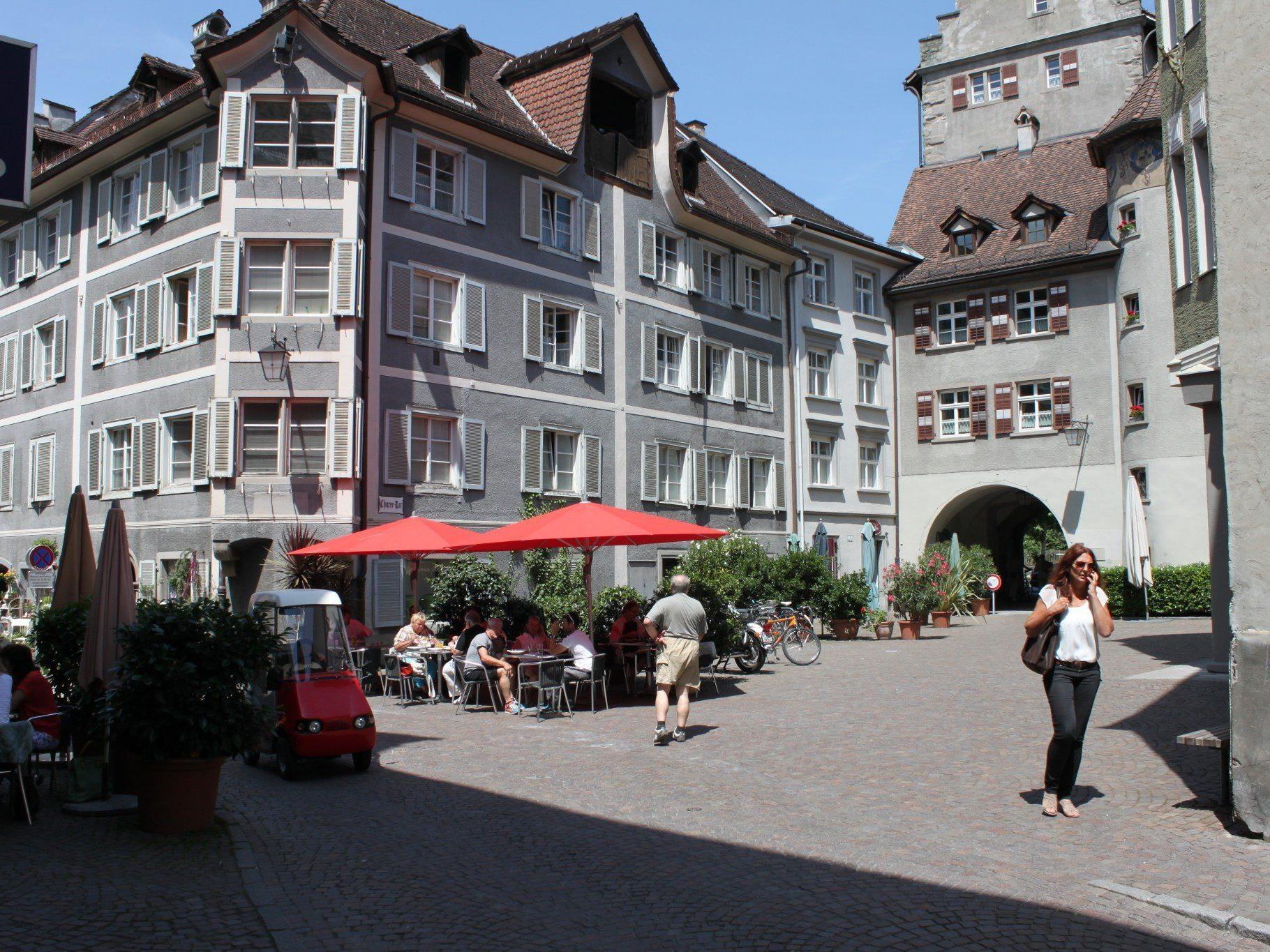 Vor dem Churer Tor sollen Radfahrer, Gastgärten und Veranstaltungen künftig genug Platz finden – dafür wird der Bereich probeweise in die verkehrsberuhigte Zone aufgenommen.
