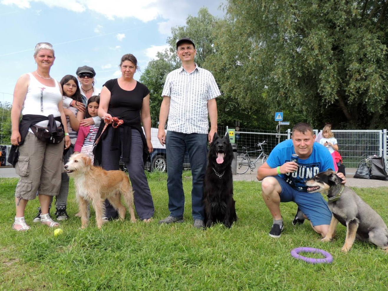 Platzwartin Irene Gürbützer mit Hundefreunden