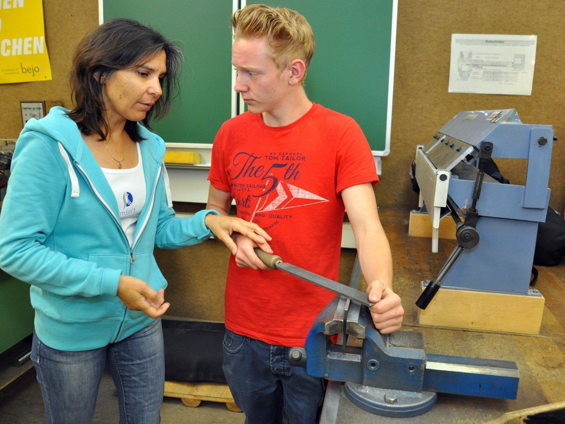 Physiotherapeutin Alida Oorburg schulte die Schüler des Fachbereichs Handwerk in rücken- und gelenkschonendem Arbeiten.