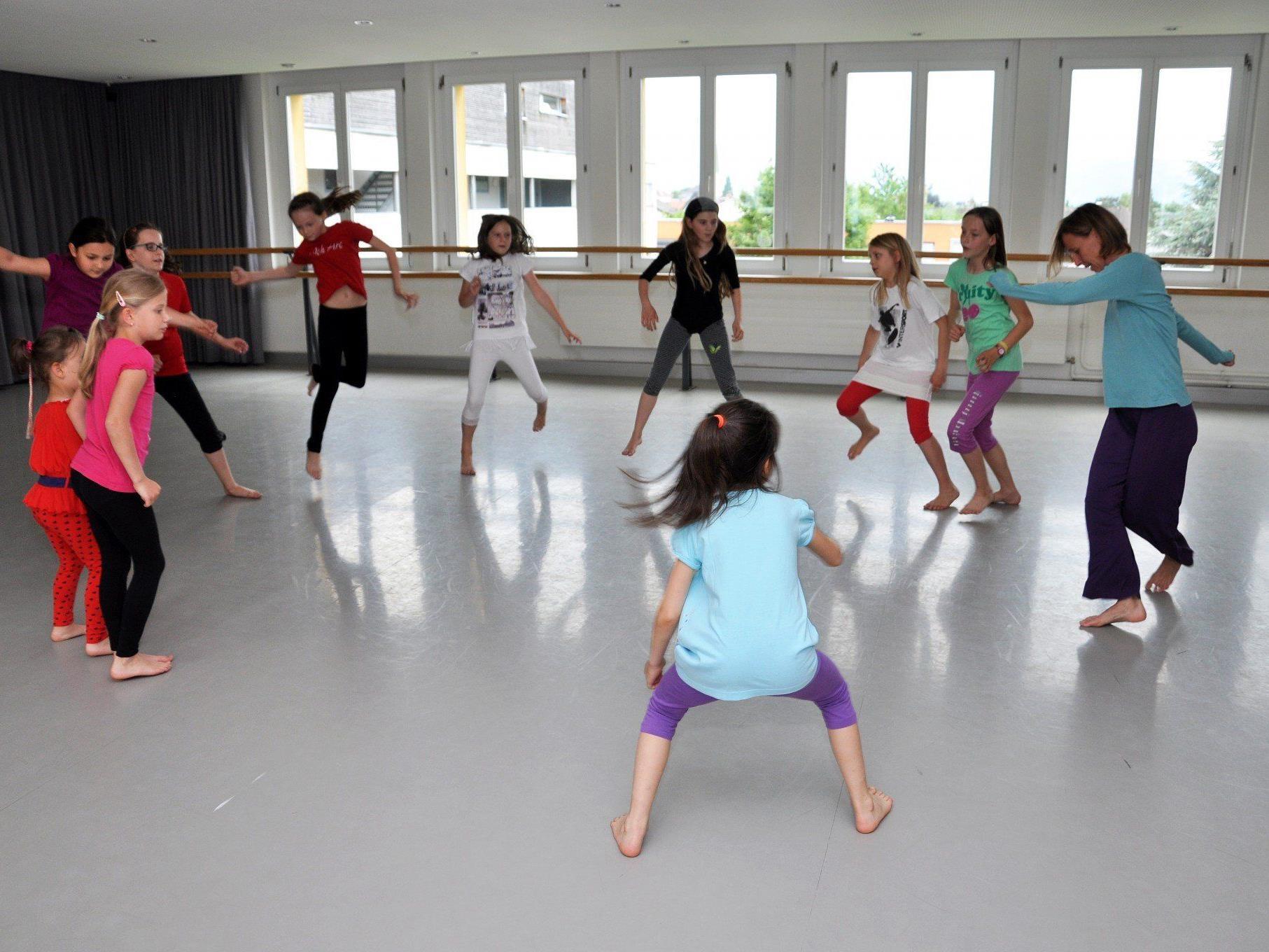 Wer Interesse hat am Bewegen, Experimentieren, miteinander Gestalten, Auftanken und Entspannen ... – und dies alles im Tanz – ist bei der Tanzabteilung der Musikschule richtig.