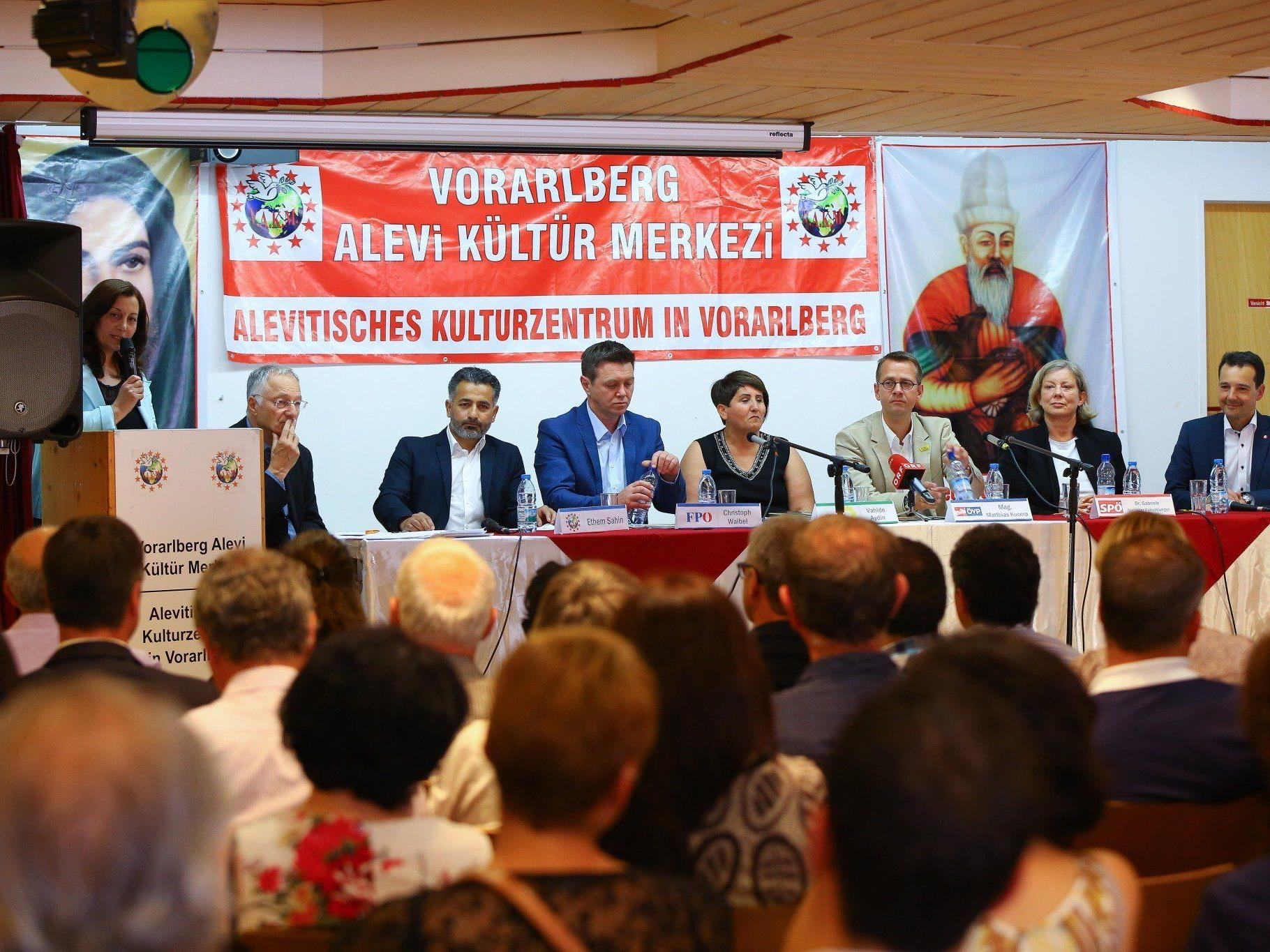 Im Alevitischen Kulturzentrum diskutierten die Parteienvertreter über Perspektiven von Migrantenkindern.