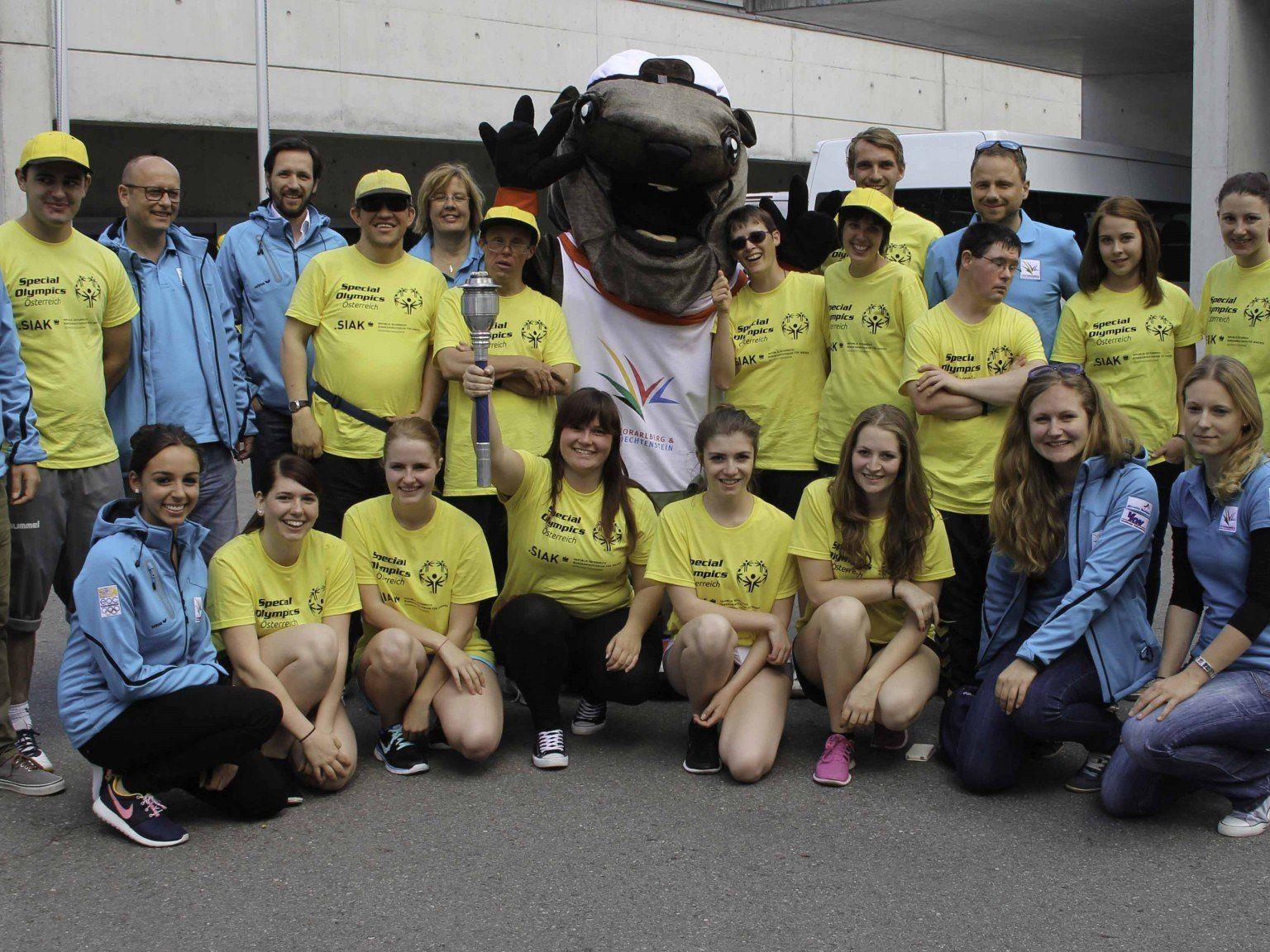 """Die HAK-Schülerinnen mit den Special Olympics Athleten und EYOF Maskottchen """"Alpy"""" beim Fackellauf anlässlich der Verabschiedung der Olympioniken zu den National Games nach Klagenfurt."""