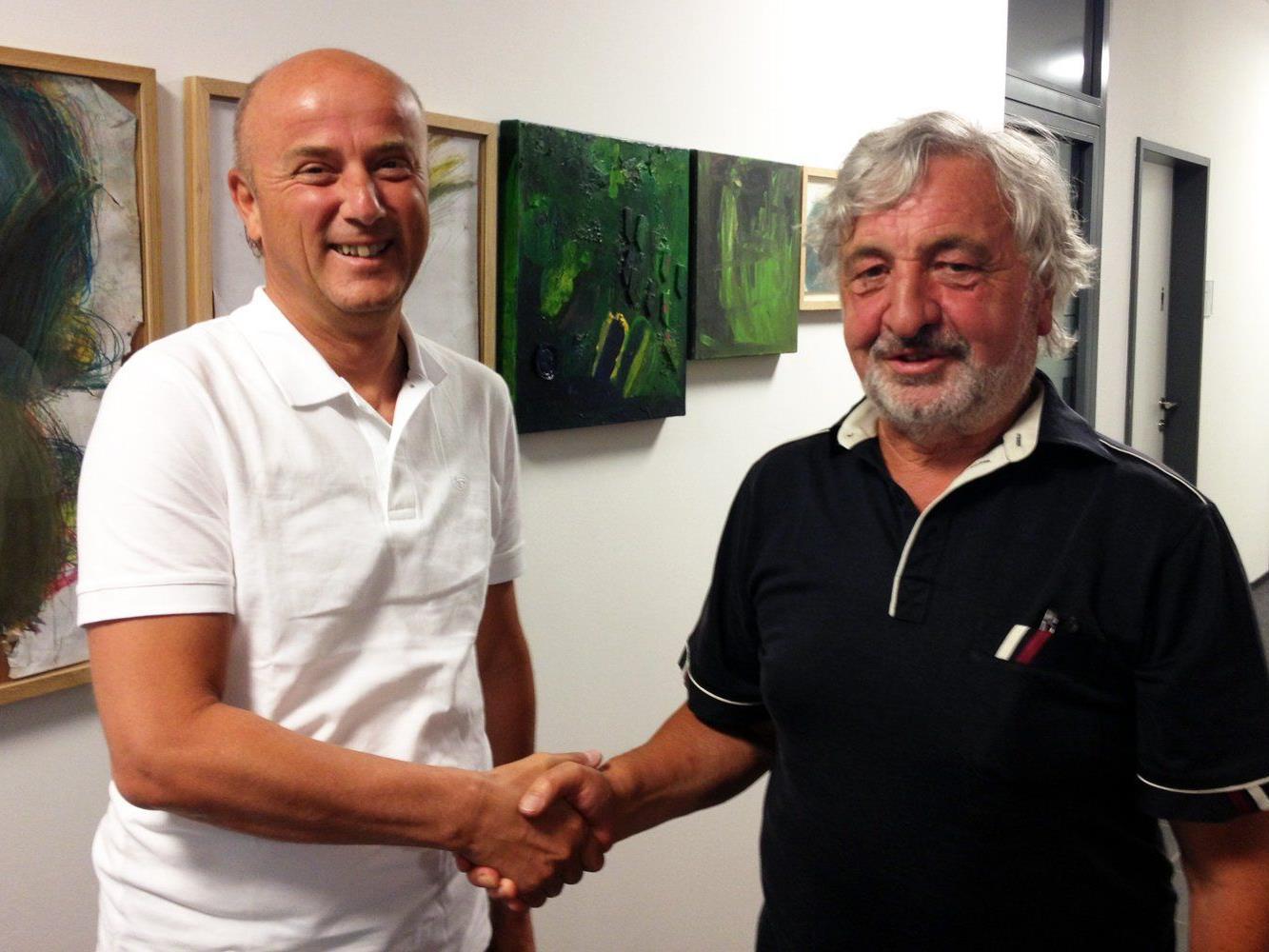 Lebenshilfe-Vizepräsident Paul Margreitter (rechts) gratuliert Raimund Frick zu seiner Rückkehr als Obmann der Lebenshilfe Batschuns/Vorderland.