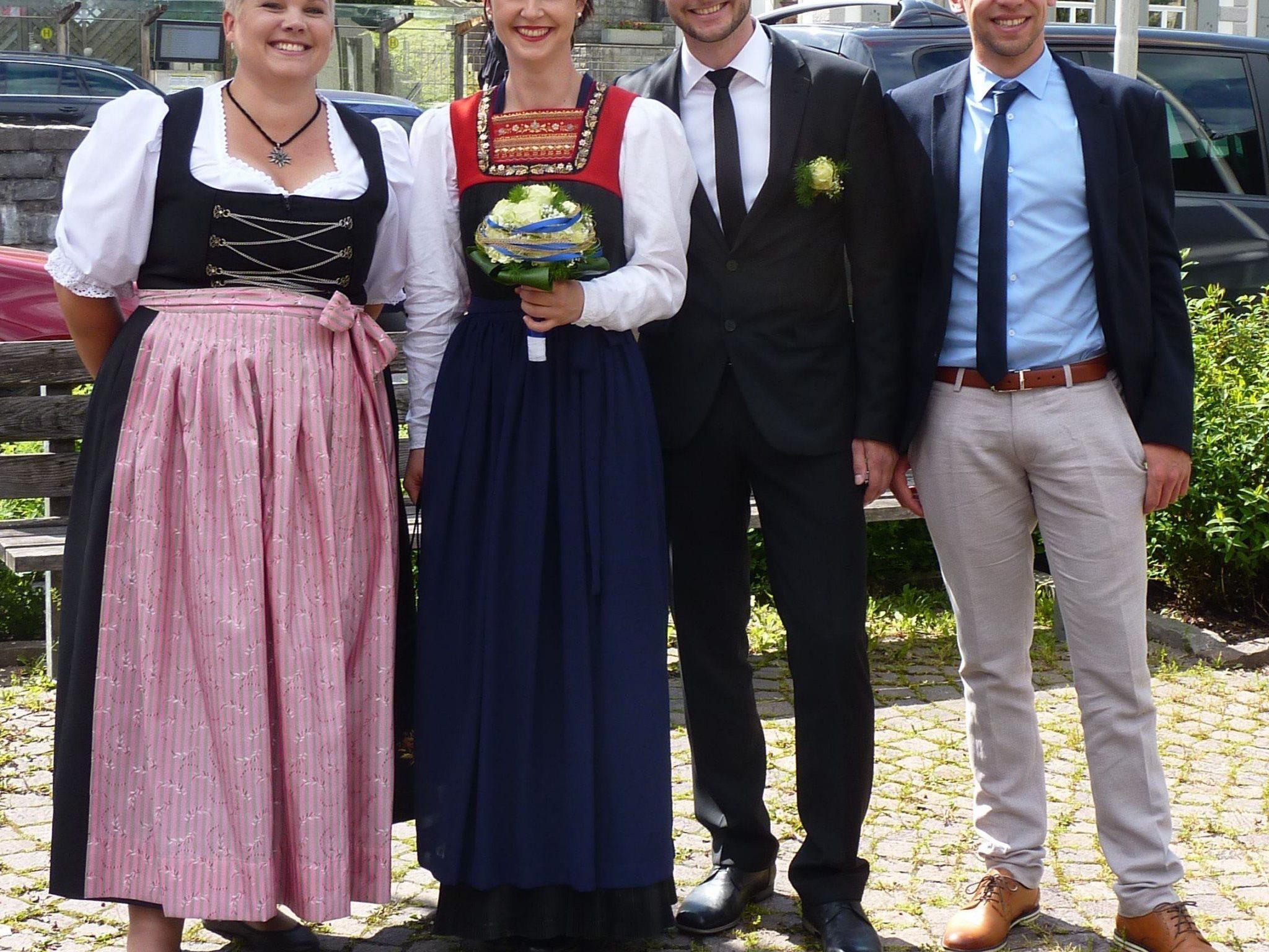 Melanie Moosbrugger und Rainer Hollenstein mit den Trauzeugen bei ihrer Hochzeit in Egg.